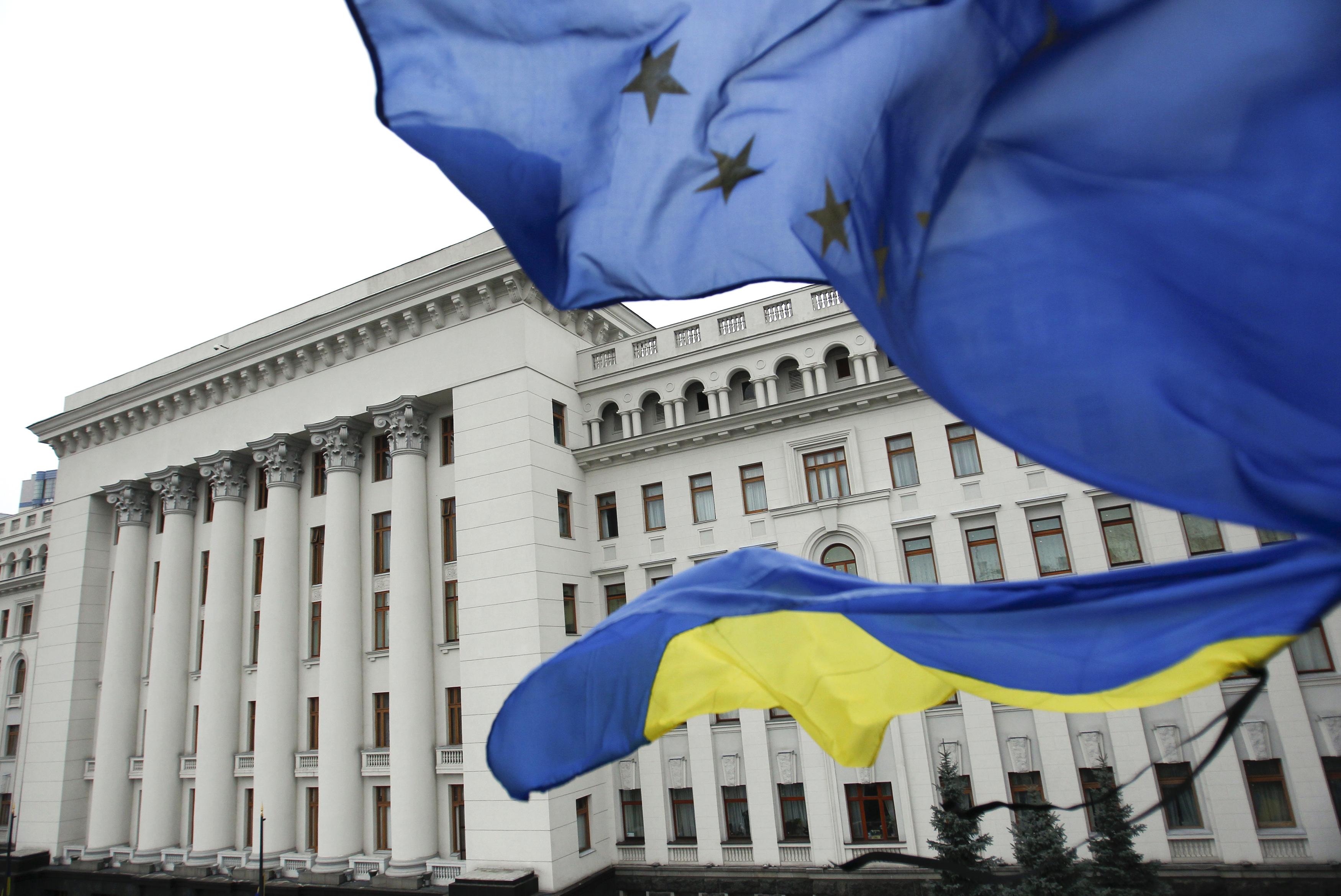Ukraine election: Cornered Poroshenko 'debates himself' as ...