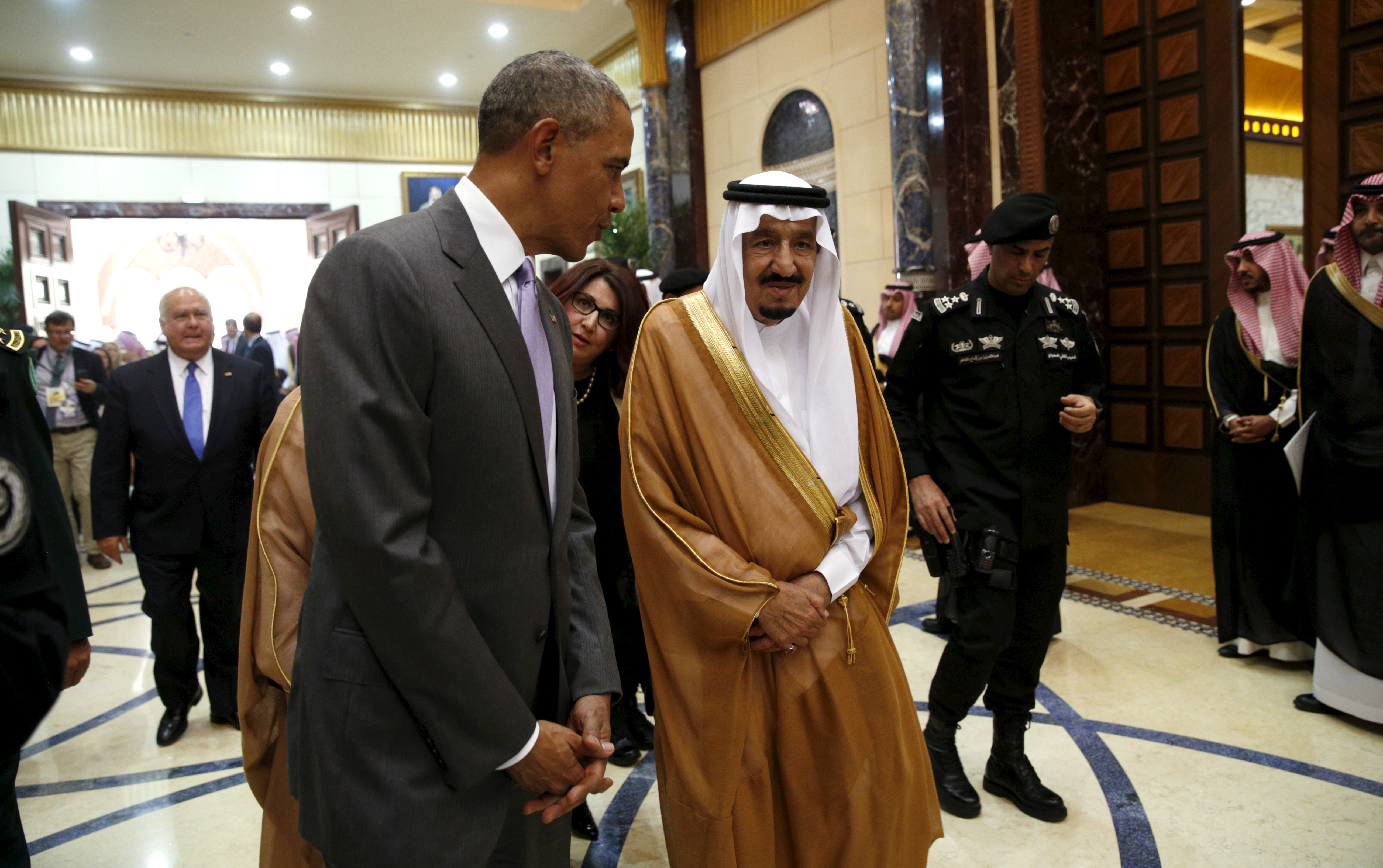 U.S. President Barack Obama walks with Saudi King Salman at Erga Palace upon his arrival for a summit meeting in Riyadh, Saudi Arabia April 20, 2016. REUTERS/Kevin Lamarque