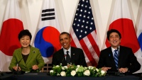 U.S. President Barack Obama participates in a tri-lateral meeting with President Park Geun-hye of the South Korea (L) and Prime Minister Shinzo Abe of Japan (R) after the Nuclear Security Summit in The Hague March 25, 2014.  REUTERS/Kevin Lamarque  (NETHERLANDS - Tags: POLITICS) - RTR3IK2E