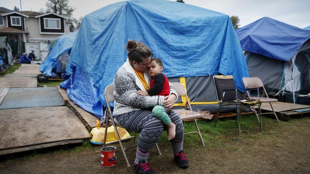 Школьники занимаются сексом в палатке фото 12-401