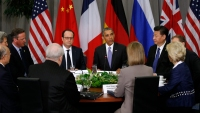 U.S. President Barack Obama (C) hosts a meeting with members of the P5+1 group, with (L) U.S. Secretary of State John Kerry, (2nd L) Britain's Prime Minister David Cameron, French President Francois Hollande (3rd L) and Chinese President Xi Jinping (3rd R) attending, during the Nuclear Security Summit in Washington April 1, 2016. REUTERS/Kevin Lamarque - RTSD5X8