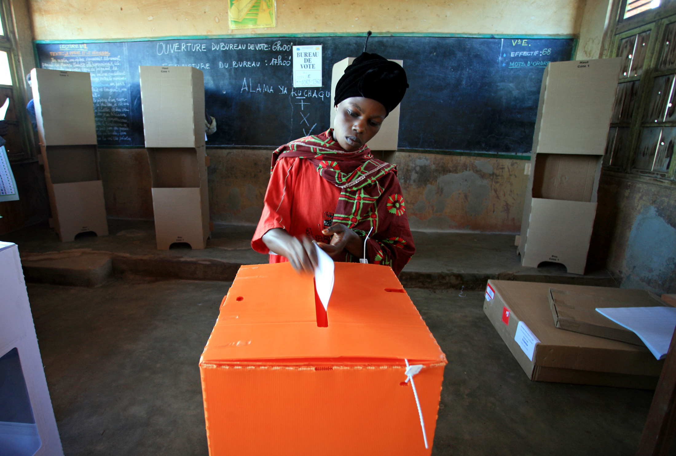 A woman casts her ballot at Nyakasanza primary school polling station, in the eastern Democratic Republic of Congo town of Bunia October 29, 2006. Congo voted on Sunday in a presidential election run-off intended to end decades of war, pillage and kleptocracy that have left the huge country devastated and poor despite vast mineral riches. REUTERS/James Akena   (DEMOCRATIC REPUBLIC OF CONGO) - RTR1ISPC