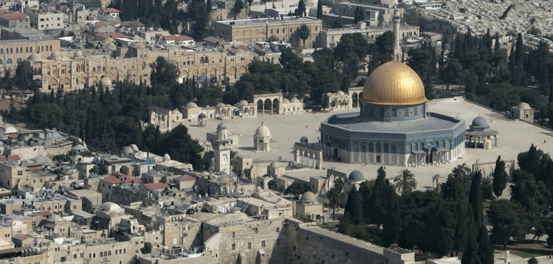 An aerial view of the Old City of Jerusalem is seen with Dome of the Rock Mosque and the Western Wall October 2, 2007. REUTERS/Ammar Awad (JERUSALEM) - RTR1UI0K