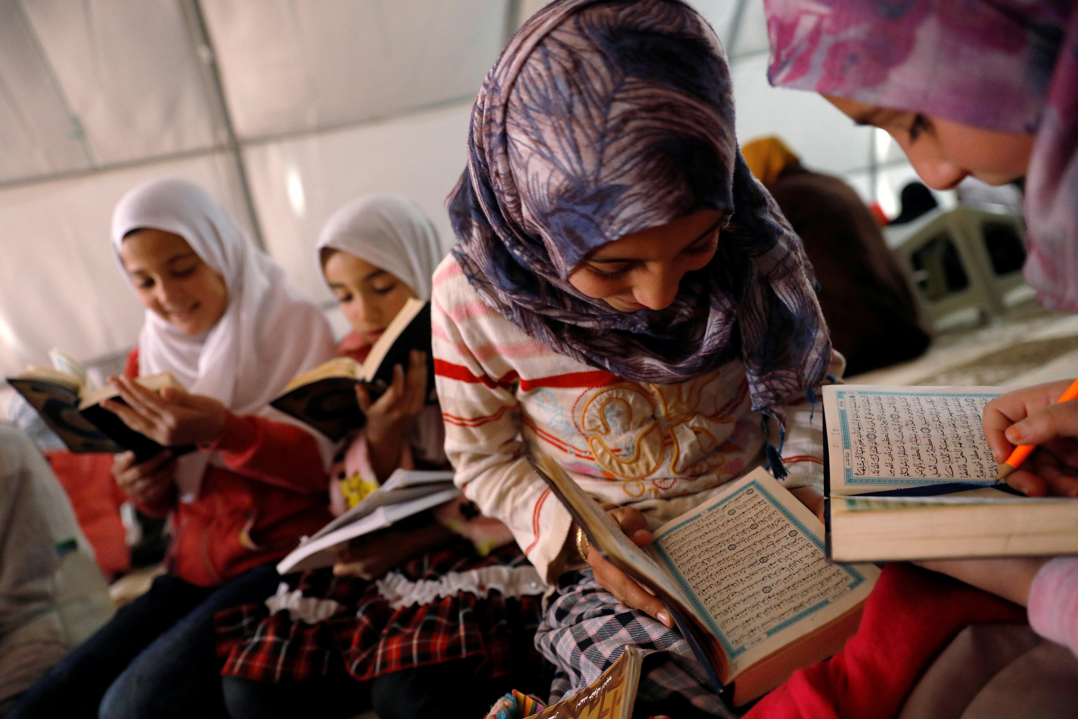 Syrian refugee girls study Koran in a mosque in Nizip refugee camp, near the Turkish-Syrian border in Gaziantep province, Turkey, November 30, 2016. REUTERS/Umit Bektas - RTSU1Q2