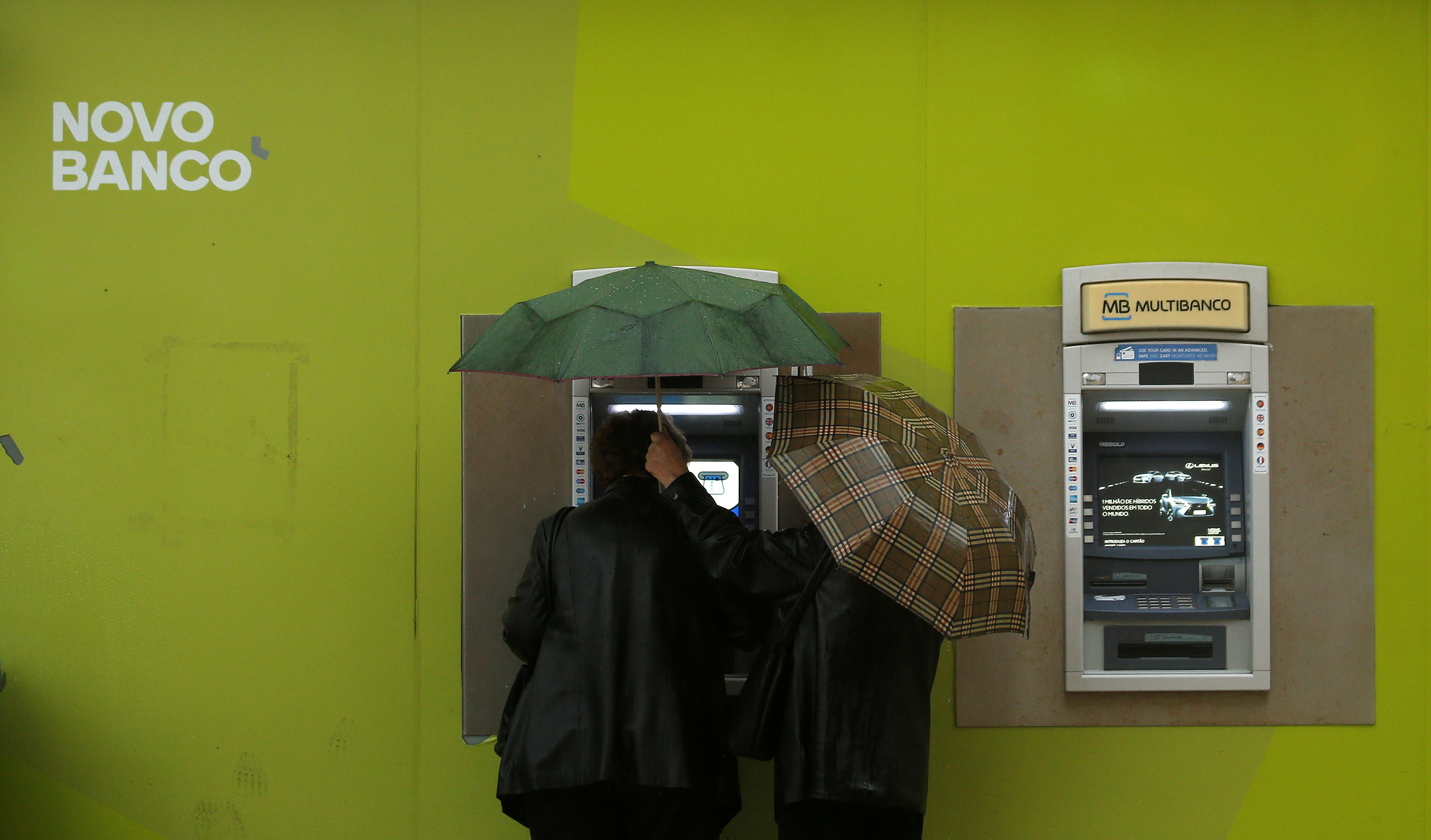 People use ATM machines at a Novo Banco branch in downtown Lisbon, Portugal, May 11, 2016.  REUTERS/Rafael Marchante - RTX2E0LM