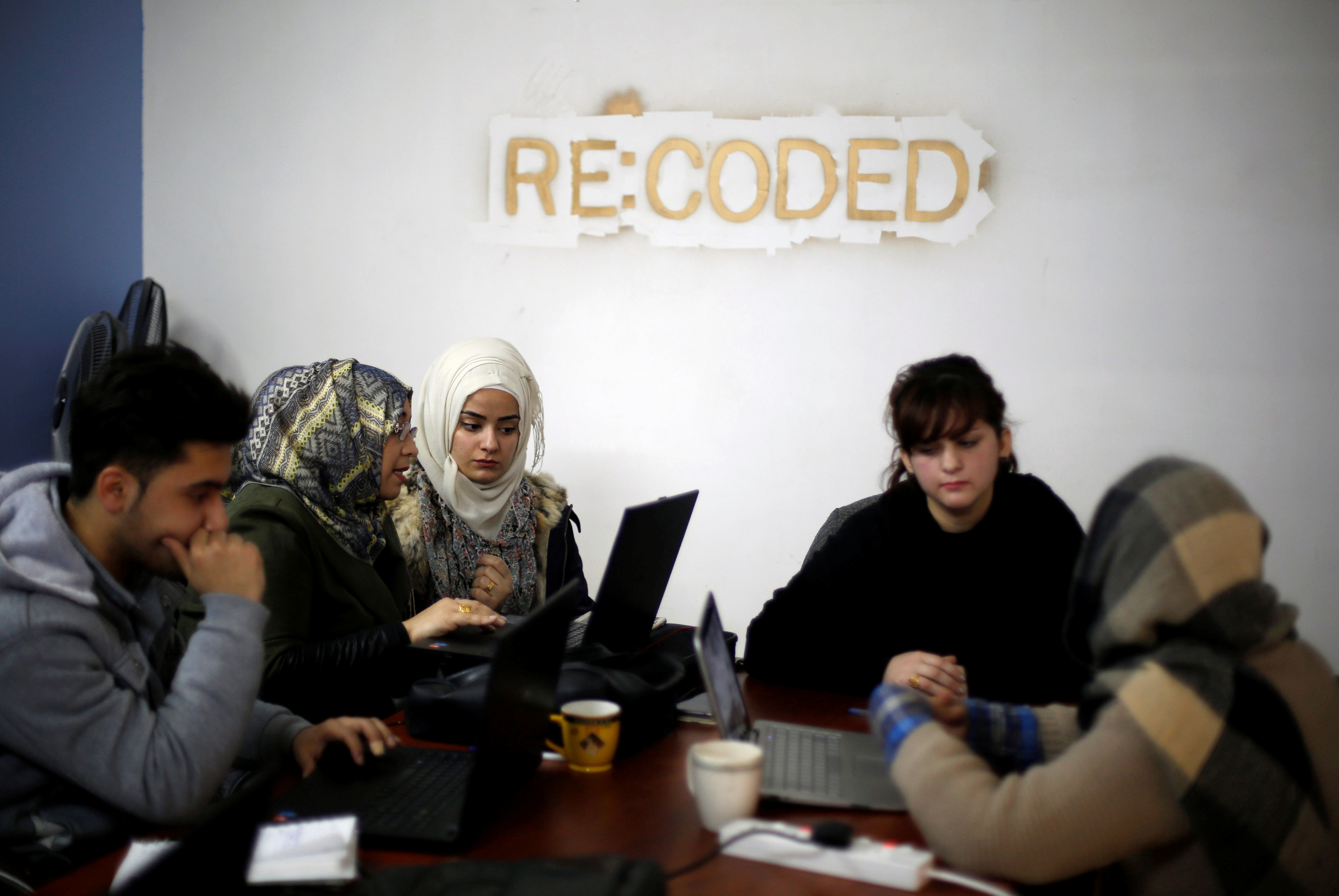 Syrian refugees and displaced Iraqis attend their class to learn basic and advanced coding skills at the Re:Coded boot camp, in Erbil, Iraq February 1, 2017. Picture taken February 1, 2017. REUTERS/Muhammad Hamed - RTX30BX8