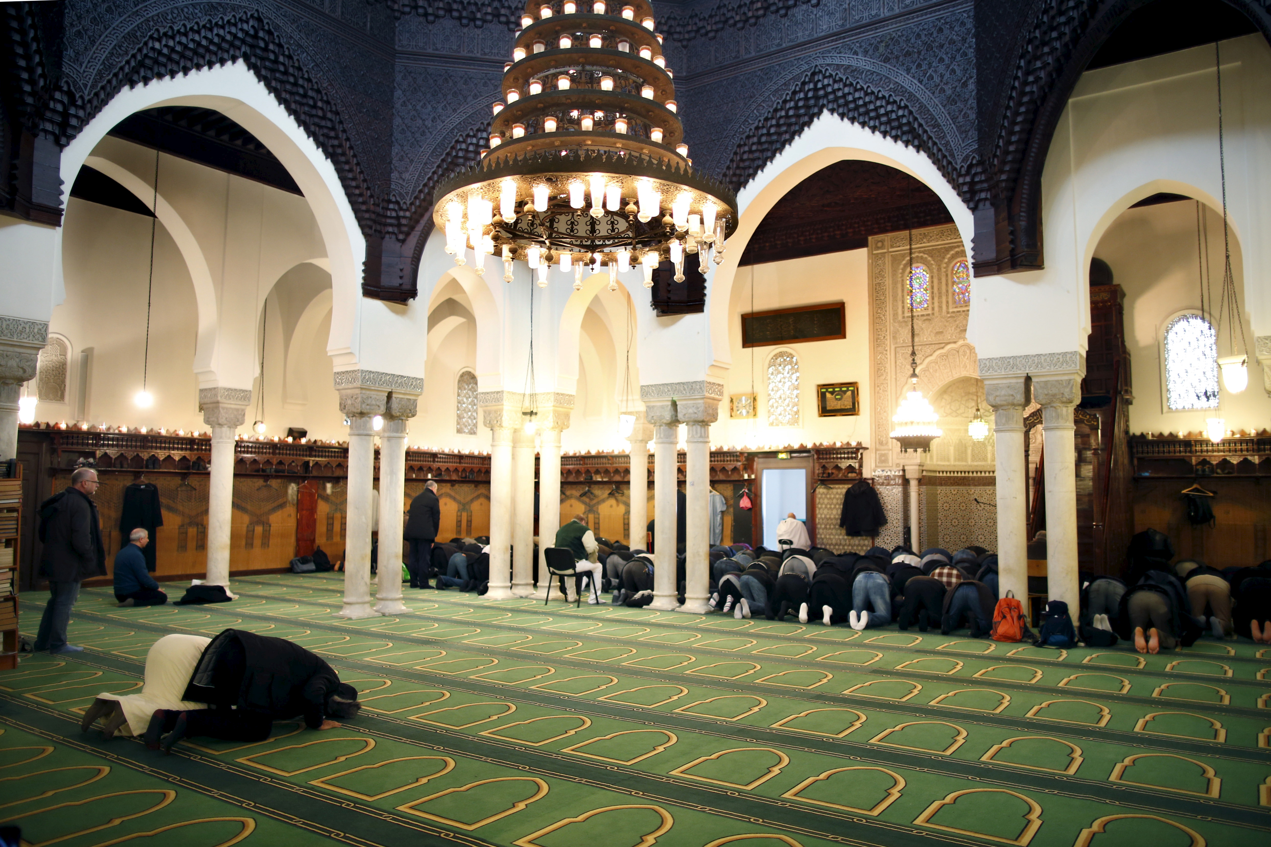 Members of the Muslim community pray in the Paris Grand Mosque during an open day weekend for mosques in France, January 10, 2016. REUTERS/Charles Platiau - RTX21QR1