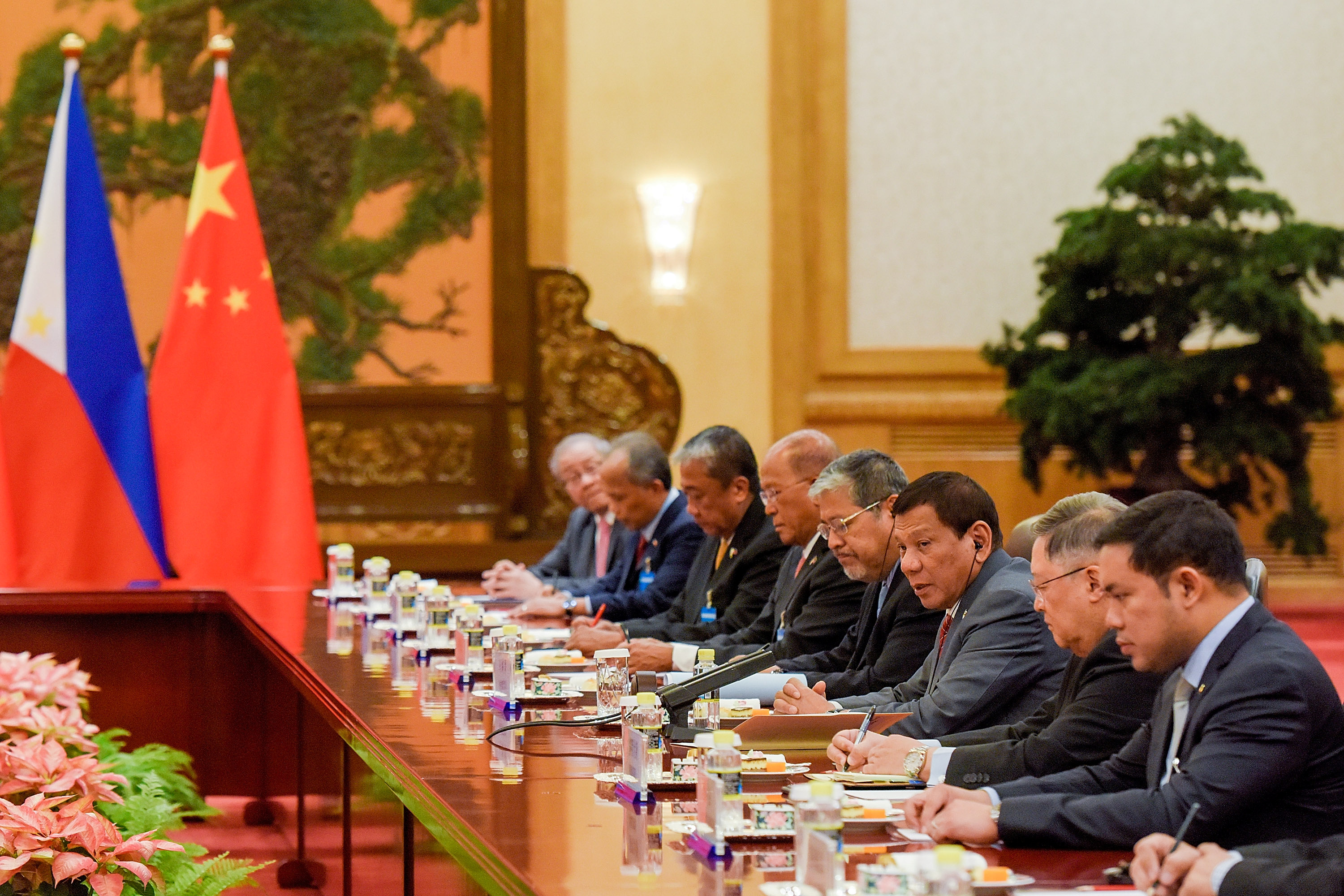 Philippines President Rodrigo Duterte (3-R) speaks during his bilateral meeting with Chinese President Xi Jinping (not pictured) during the Belt and Road Forum, at the Great Hall of the People in Beijing, China May 15, 2017. REUTERS/Etienne Oliveau/Pool - RTX35X8F