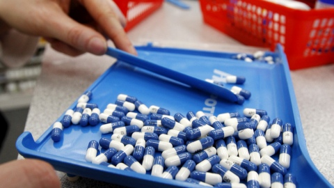 A pharmacist counts pills in a pharmacy in Toronto in this January 31, 2008 file photo. Pressured by an aging population and the need to rein in budget deficits, Canada's provinces are taking tough measures to curb healthcare costs, a trend that could erode the principles of the popular state-funded system. To match ANALYSIS CANADA-HEALTH/ REUTERS/Mark Blinch/Files  (CANADA - Tags: HEALTH POLITICS BUSINESS) - RTR2ELV1