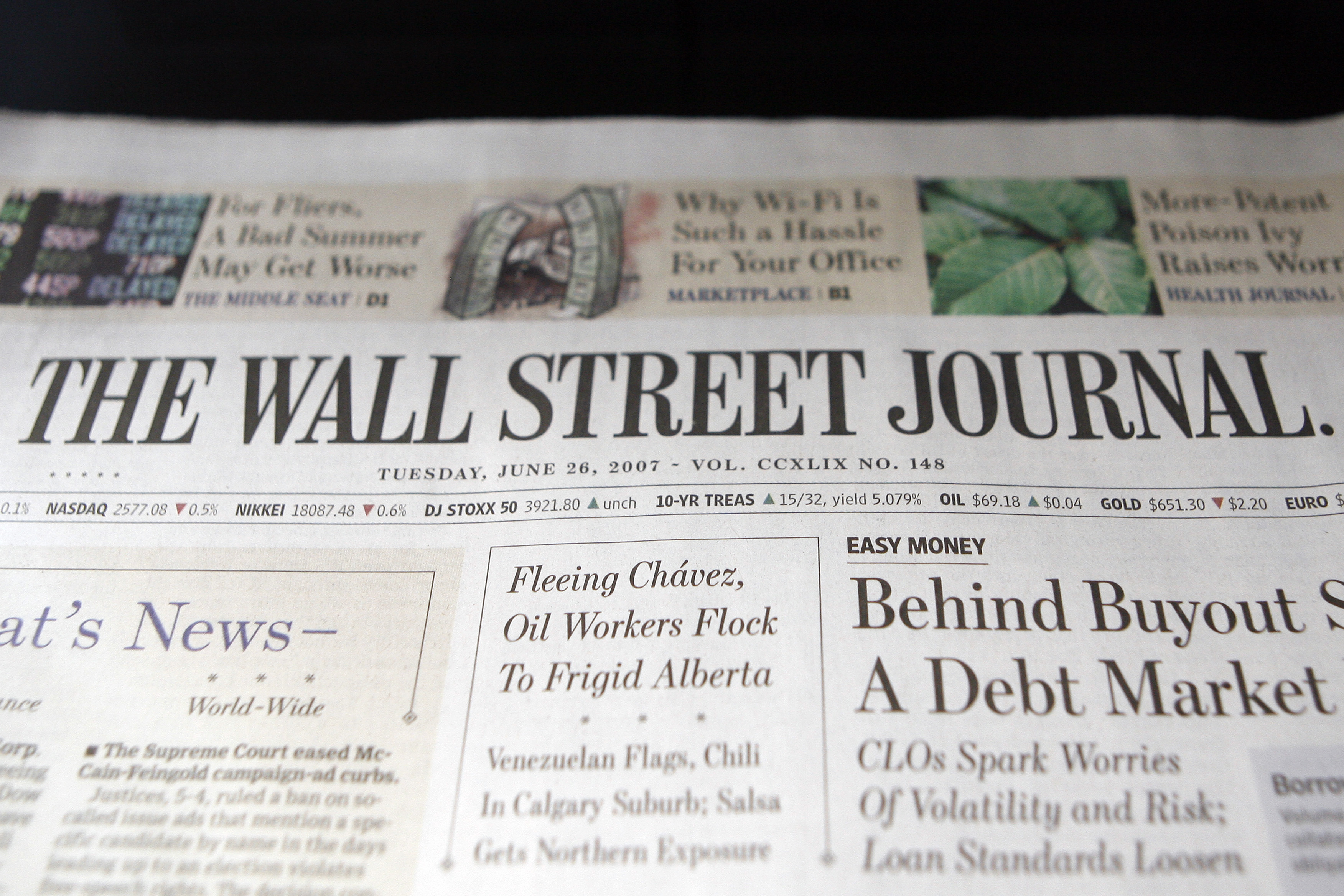 """A copy of the Wall Street Journal is pictured in a newsstand in New York, June 26, 2007. Rupert Murdoch's News Corp. and Dow Jones & Co. Inc. have """"basically agreed"""" on a structure to protect the editorial independence of Dow Jones' news operations, a source familiar with the matter said on Tuesday. News Corp. is offering $5 billion to buy Dow Jones.  REUTERS/Keith Bedford (UNITED STATES) - RTR1R6CD"""