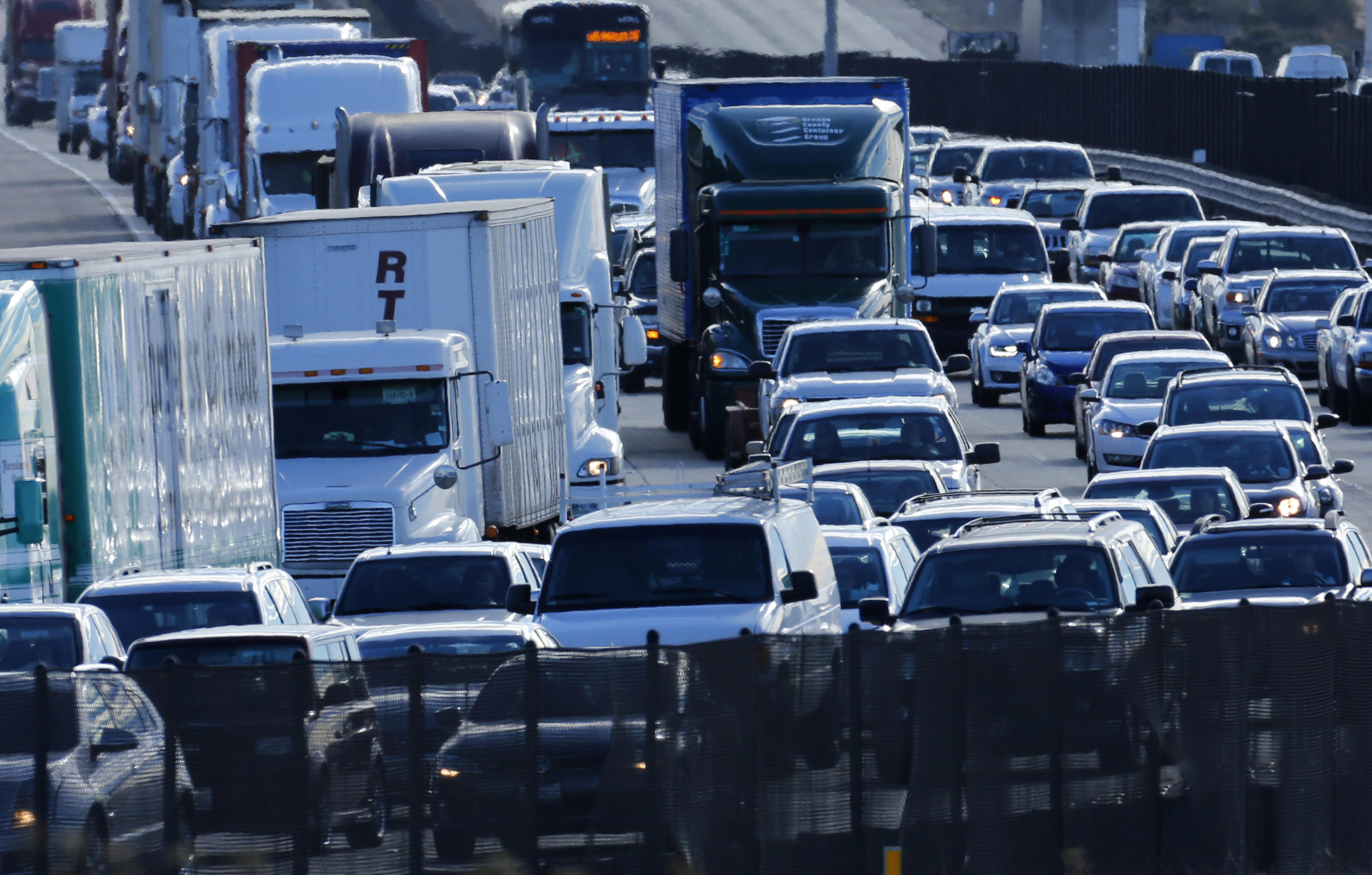 Automobile traffic backs-up as it travels north from San Diego to Los Angeles along Interstate Highway 5 in California December 10, 2013. REUTERS/Mike Blake (UNITED STATES - Tags: TRANSPORT SOCIETY) - RTX16CQU
