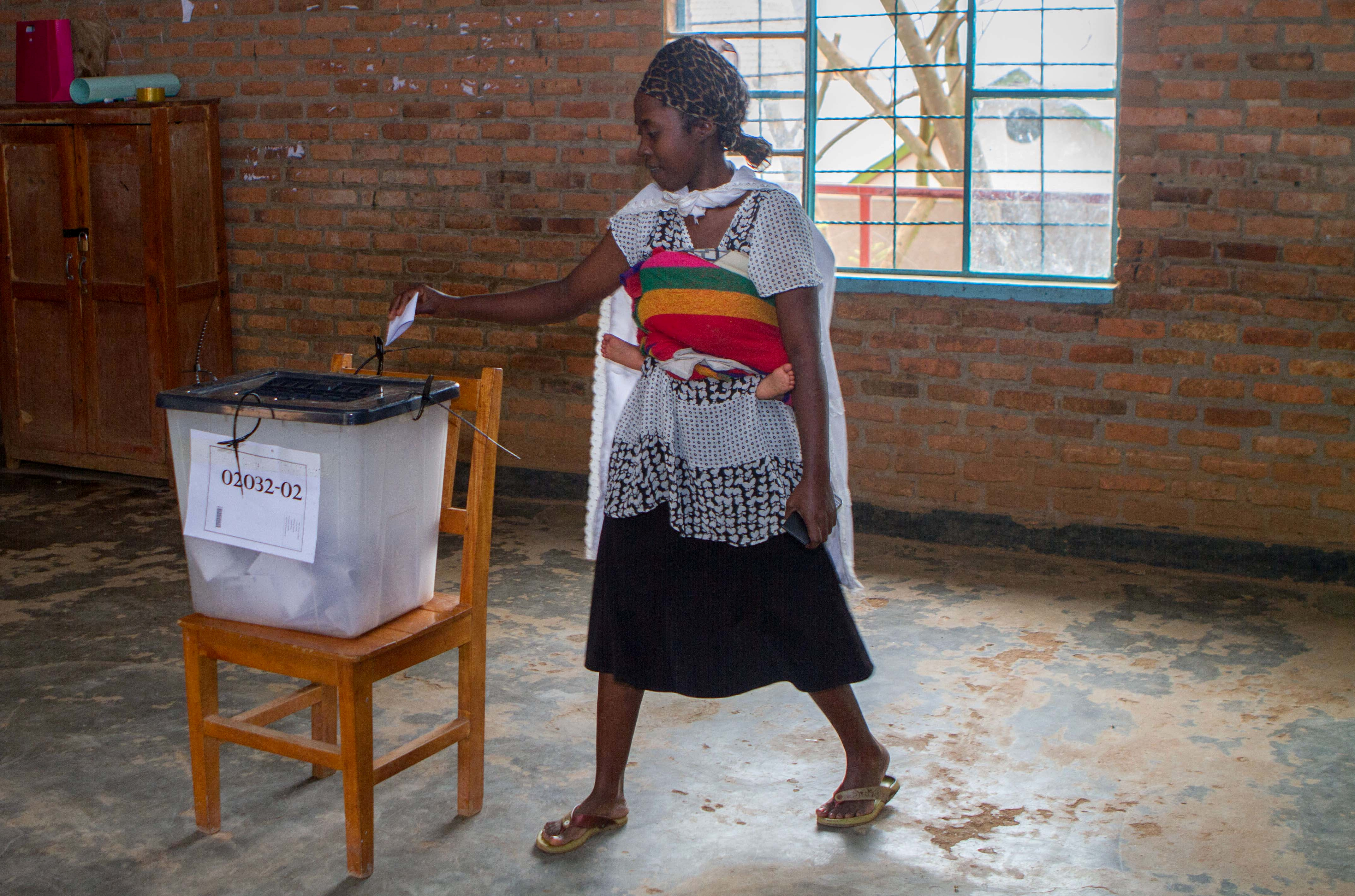 A voter casts her ballot at a polling station in Kigali, Rwanda, August 4, 2017. REUTERS/Jean Bizimana - RTS1AC62