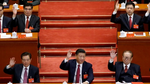 (L to R) Former Chinese president Hu Jintao, Chinese President Xi Jinping and former Chinese president Jiang Zemin raise their hands as they take a vote at the closing session of the 19th National Congress of the Communist Party of China, in Beijing, China October 24, 2017.  REUTERS/Thomas Peter     TPX IMAGES OF THE DAY - RC186FB9D730