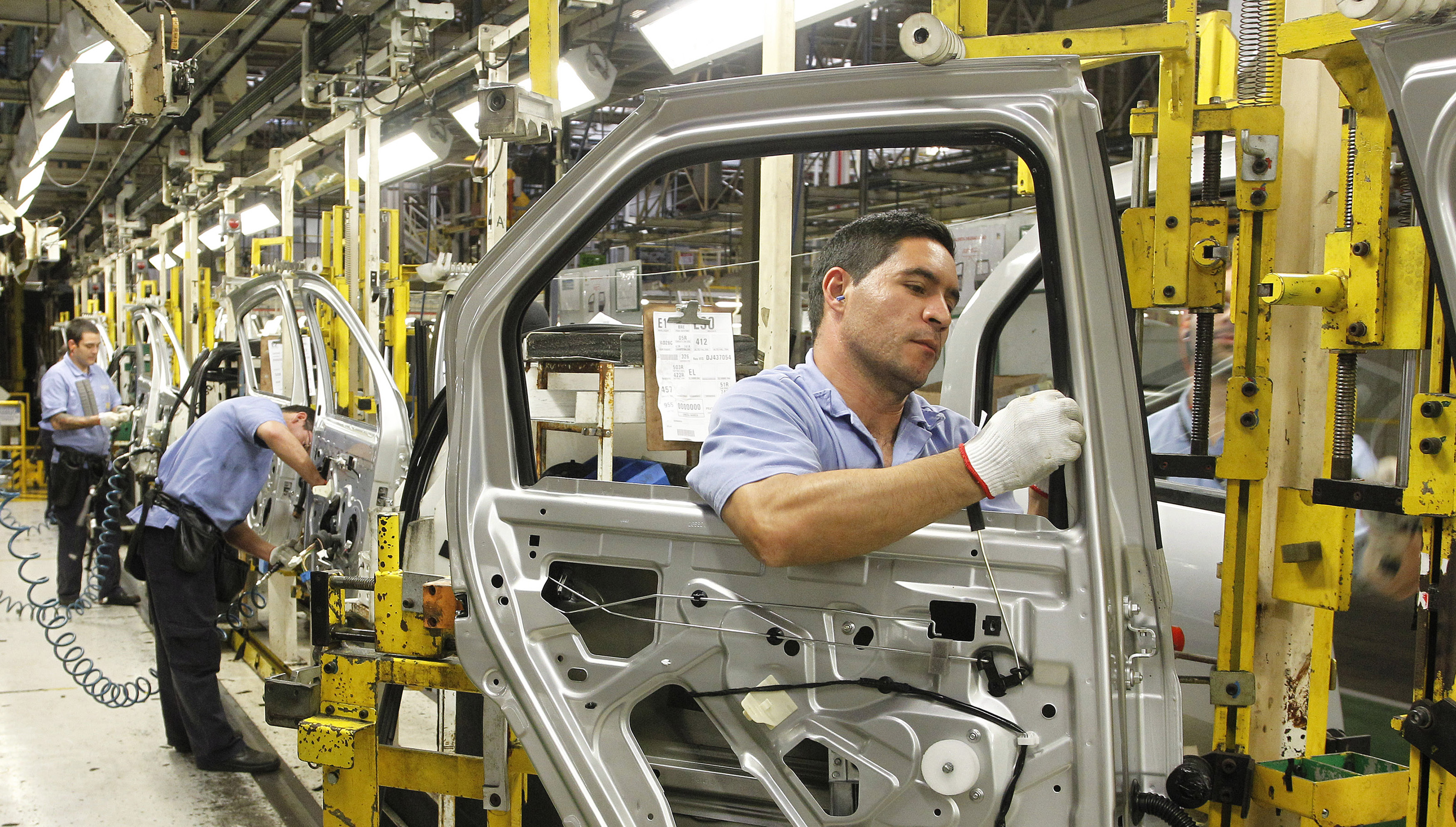 Employees work on the assembly line at the Renault plant in Sao Jose dos Pinhais August 2, 2012. President of the Brazilian branch for French automaker Renault SA Olivier Murguet said on Thursday that Renault SA plans to expand the capacity of its Brazilian motor plant by 25 percent by 2013 as part of a sales offensive in Latin America's largest economy.     REUTERS/Rodolfo Buhrer (BRAZIL - Tags: BUSINESS TRANSPORT) - GM1E8830G9Y01