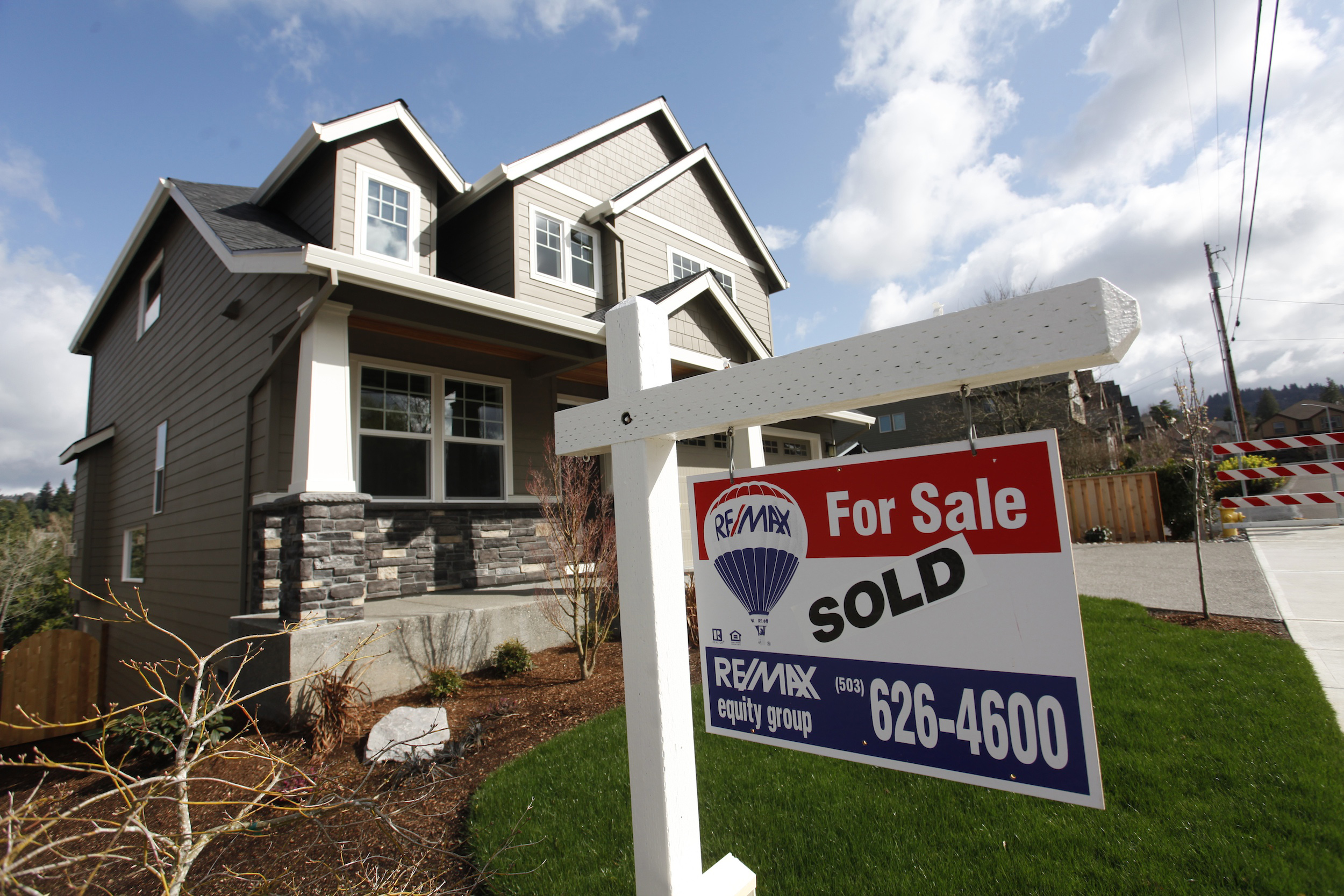 Homes are seen for sale in the northwest area of Portland, Oregon, in this file photo taken March 20, 2014. U.S. home resales surged to their highest level in 18 months in March as inventories improved, a sign of strength in the housing market ahead of the spring selling season.  REUTERS/Steve Dipaola/Files - TM3EB4M0S7J01