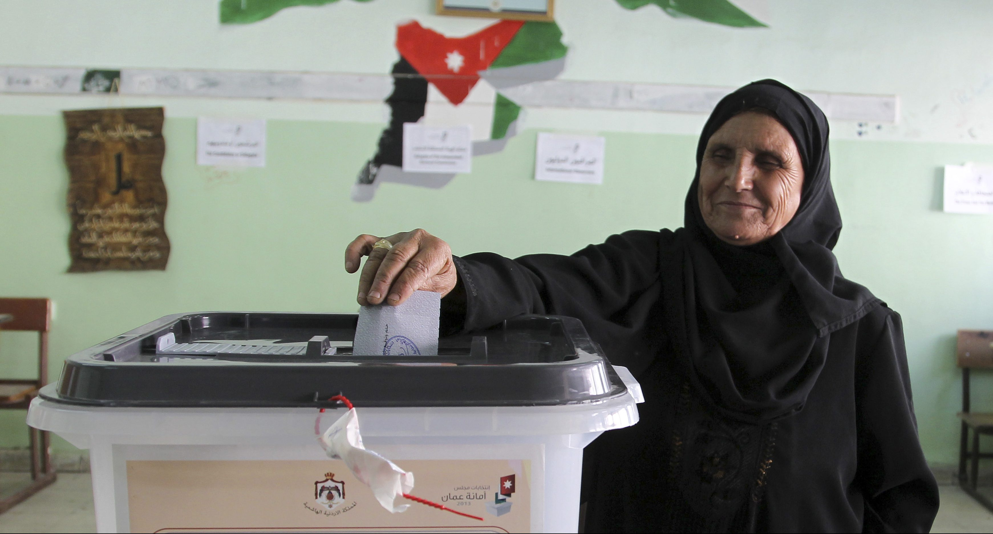 A Jordanian woman casts her ballot for municipal elections at a polling station in Amman August 27, 2013. The Muslim Brotherhood, the main opposition party, is boycotting the polls. REUTERS/Muhammad Hammad (JORDAN - Tags: ELECTIONS POLITICS) - GM1E98S00ST01