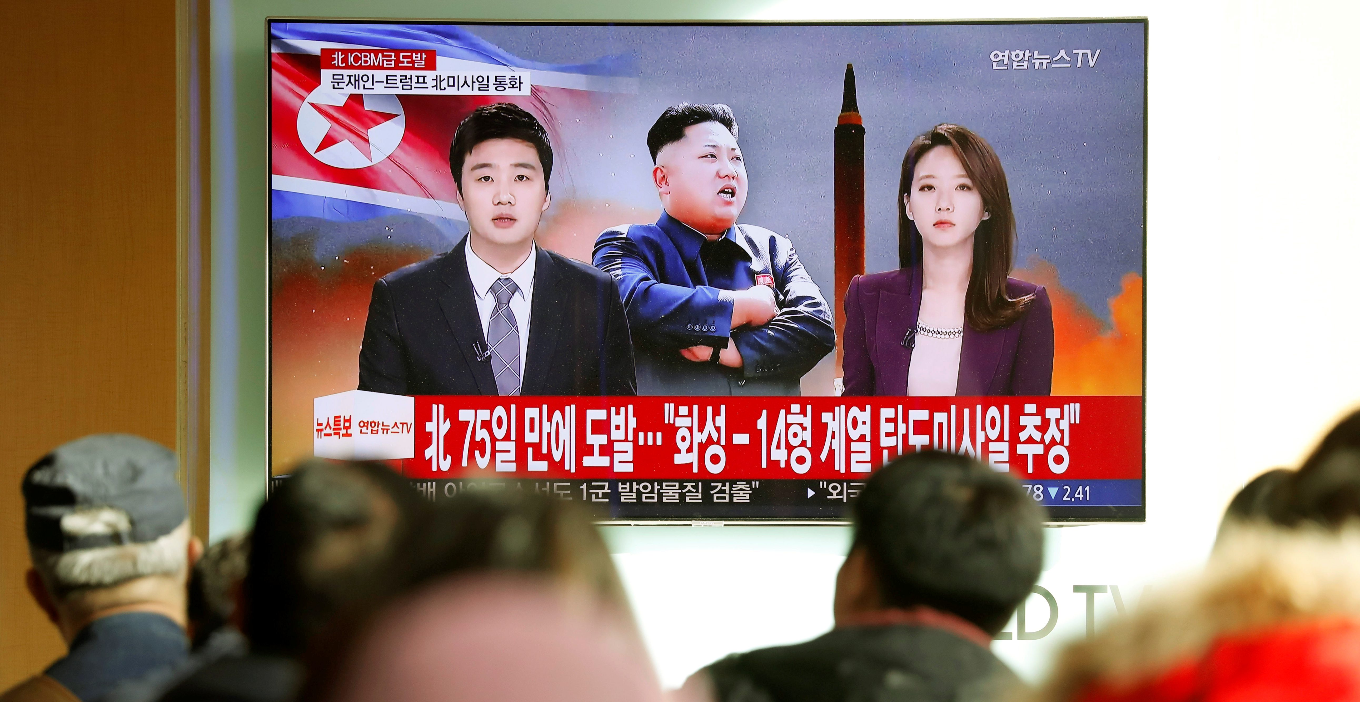 People watch a TV broadcasting a news report on North Korea firing what appeared to be an intercontinental ballistic missile (ICBM) that landed close to Japan, in Seoul, South Korea, November 29, 2017.  REUTERS/Kim Hong-Ji - RC1AB2C23E60