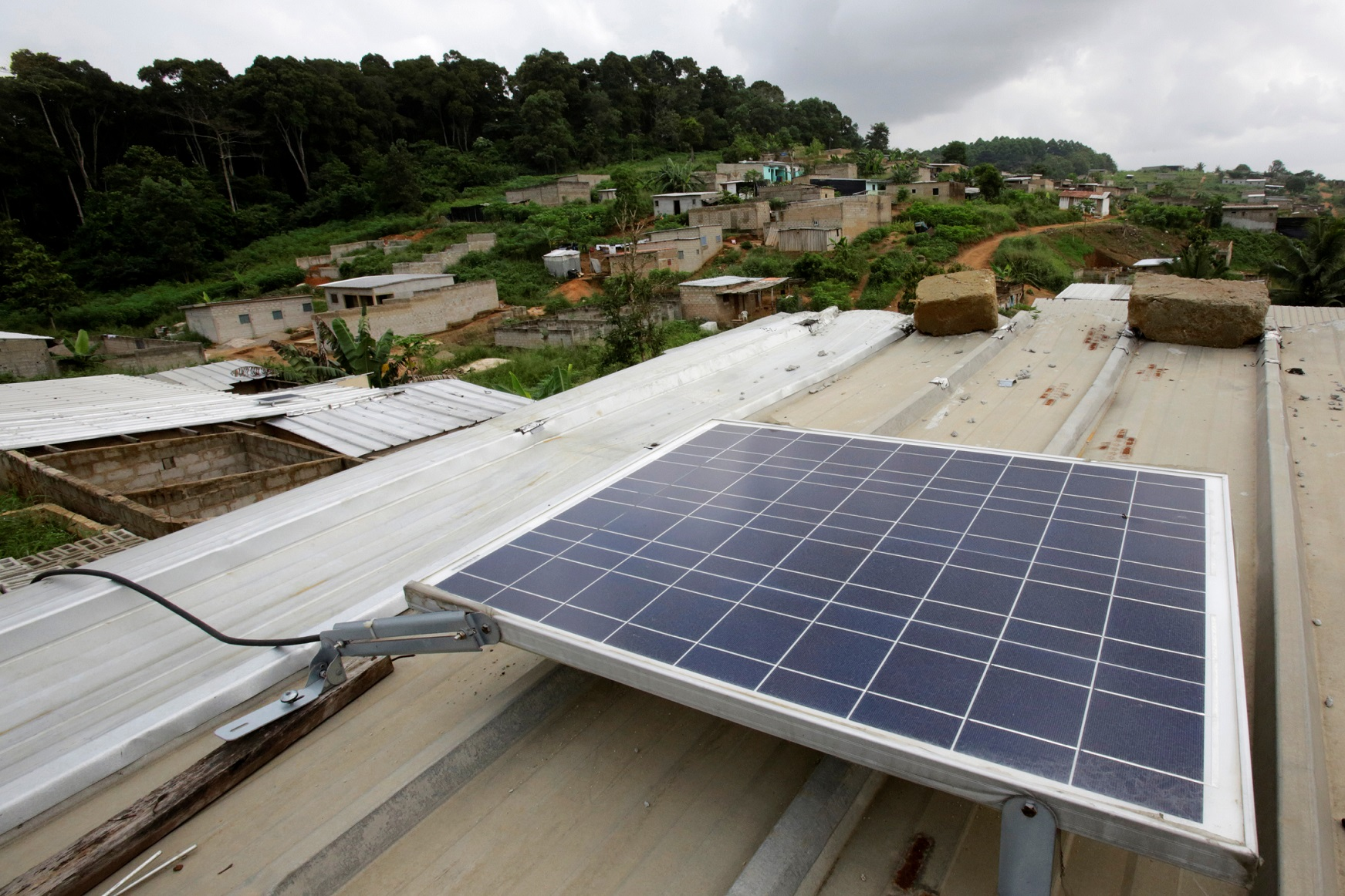 A solar panel is pictured on the roof of Jean-Noel Kouame's house, on the outer limits of the main city Abidjan's vast urban sprawl, Ivory Coast  December 18, 2017. Picture taken December 18, 2017. REUTERS/Thierry Gouegnon - RC1ECCAAF400