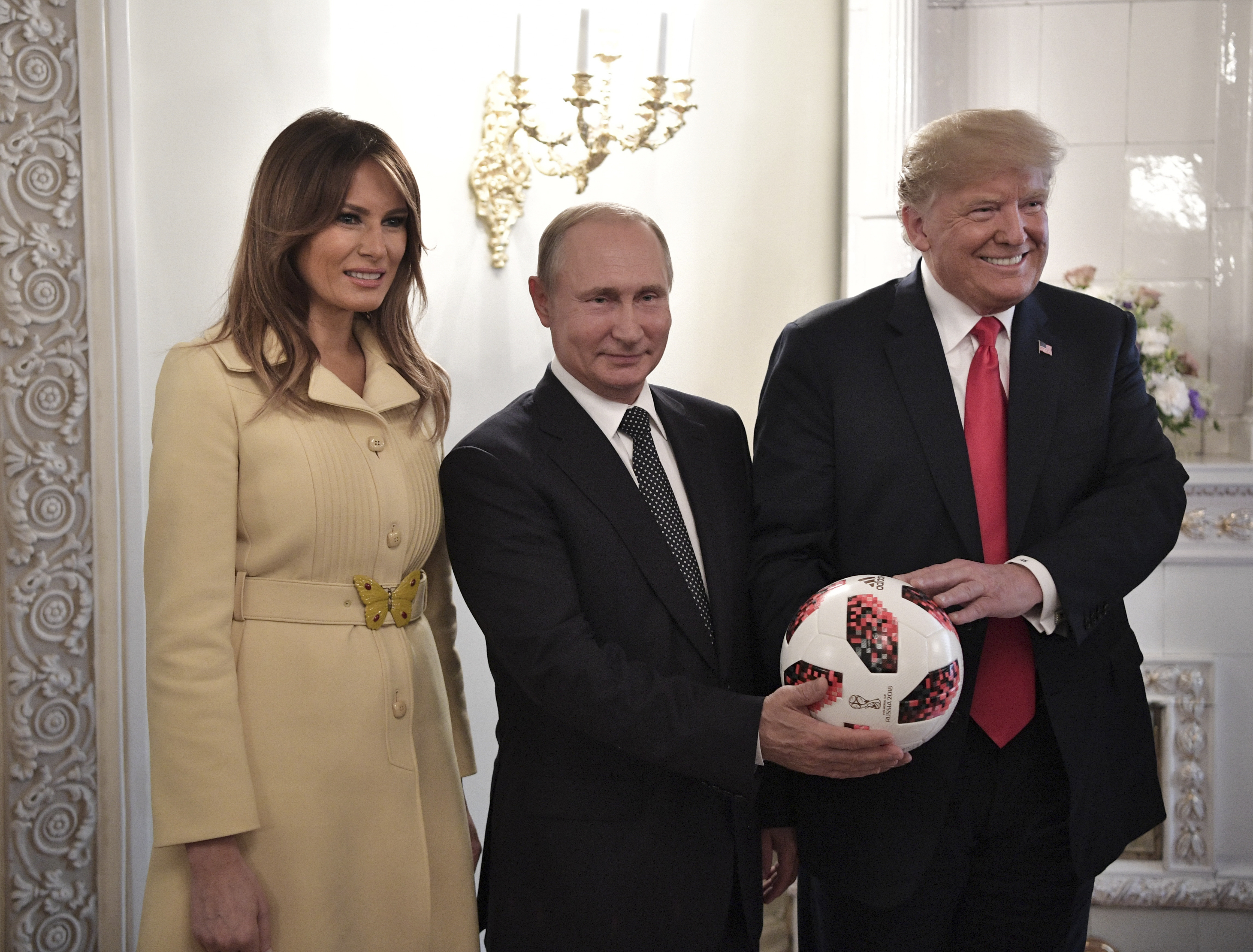 Russia's President Vladimir Putin (C), U.S. President Donald Trump (R) and First lady Melania Trump pose for a picture with a football during a meeting in Helsinki, Finland July 16, 2018. Sputnik/Alexei Nikolsky/Kremlin via REUTERS  ATTENTION EDITORS - THIS IMAGE WAS PROVIDED BY A THIRD PARTY. - UP1EE7G1DCYGQ