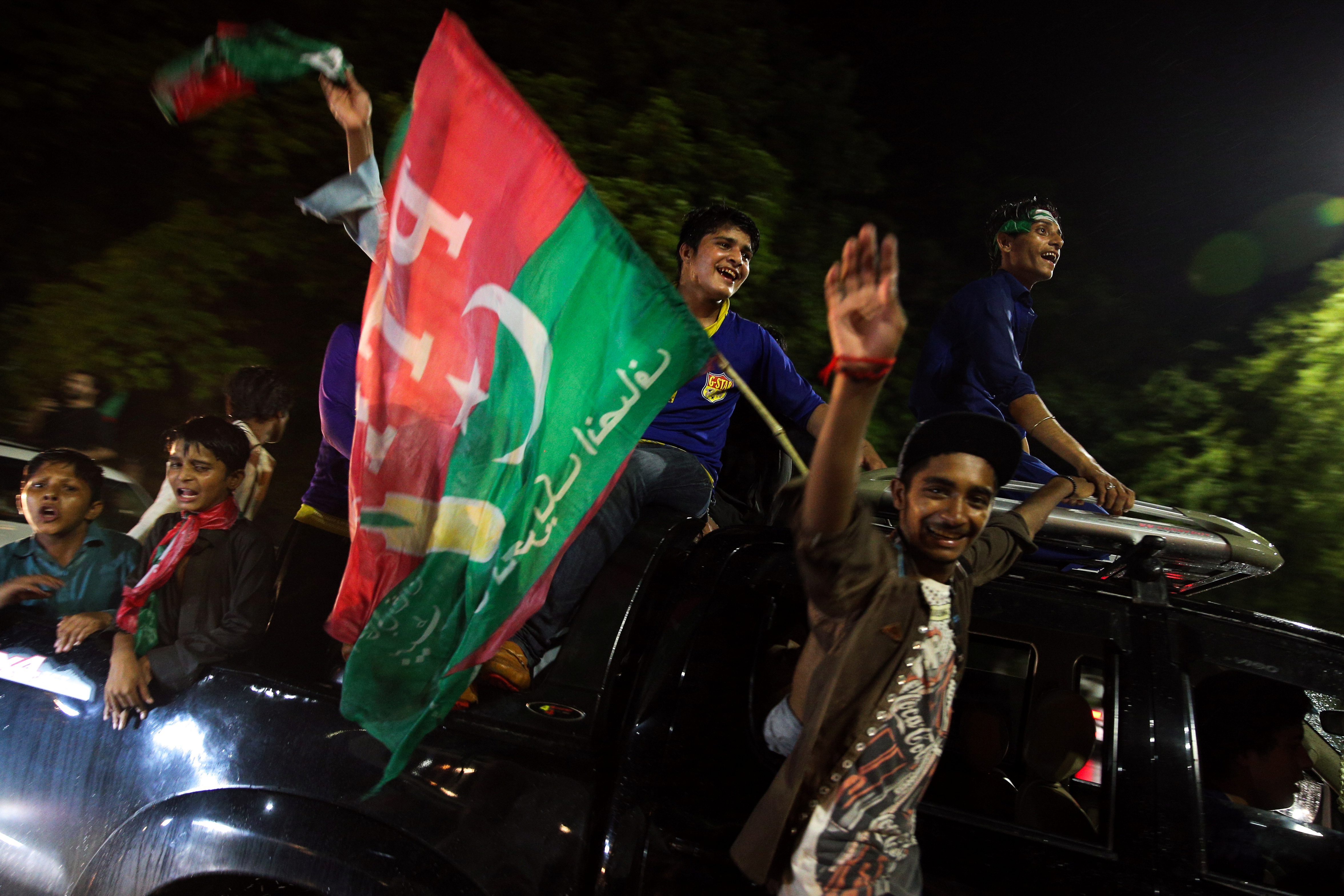 Supporters of Imran Khan, chairman of the Pakistan Tehreek-e-Insaf (PTI), political party celebrate during the general election in Islamabad, Pakistan, July 26, 2018. REUTERS/Athit Perawongmetha - RC1F05E92740