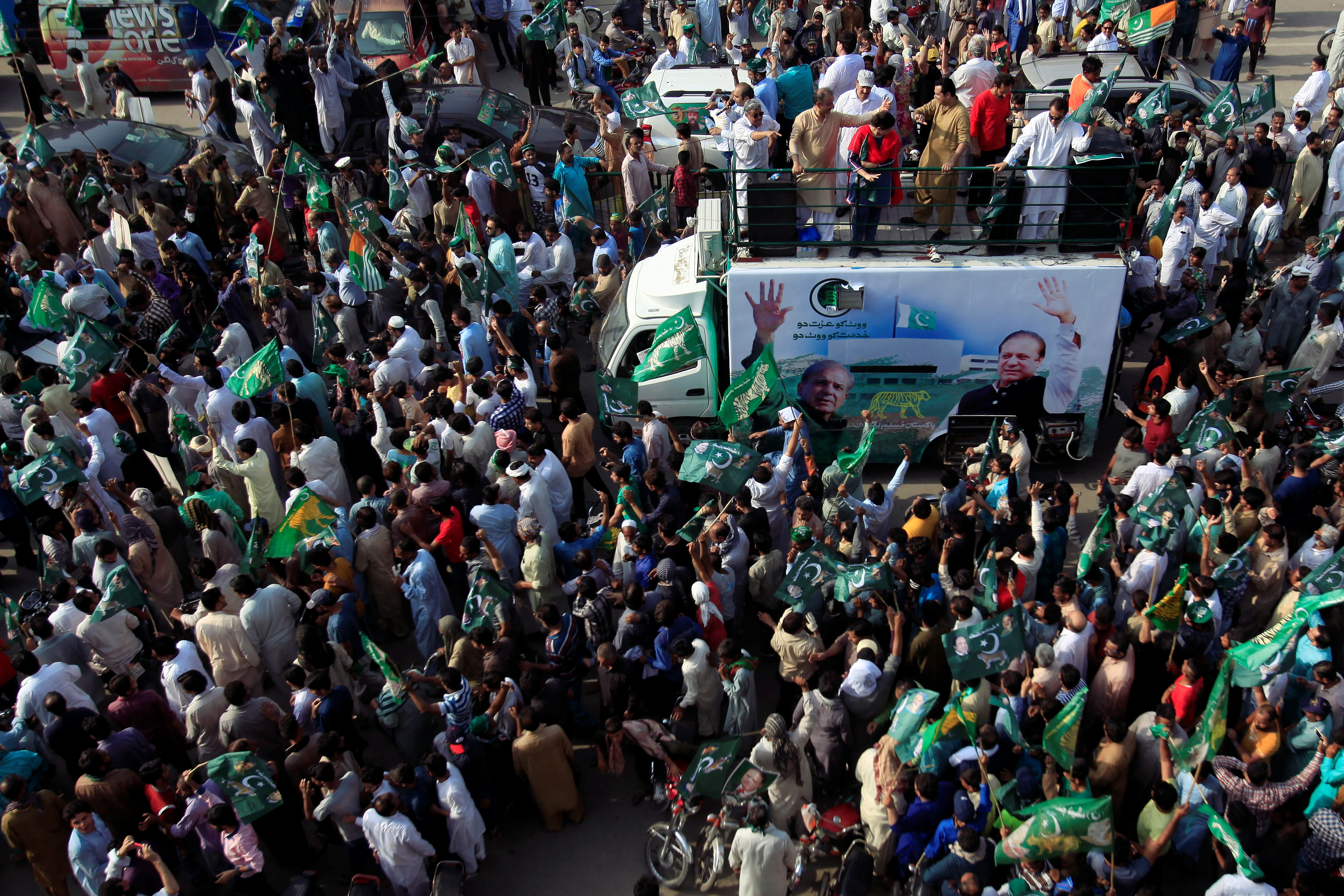 Supporters of the Pakistan Muslim League - Nawaz (PML-N) chant and march towards the airport to welcome ousted Prime Minister Nawaz Sharif and his daughter Maryam, in Lahore, Pakistan July 13, 2018. REUTERS/Mohsin Raza - RC17840893C0