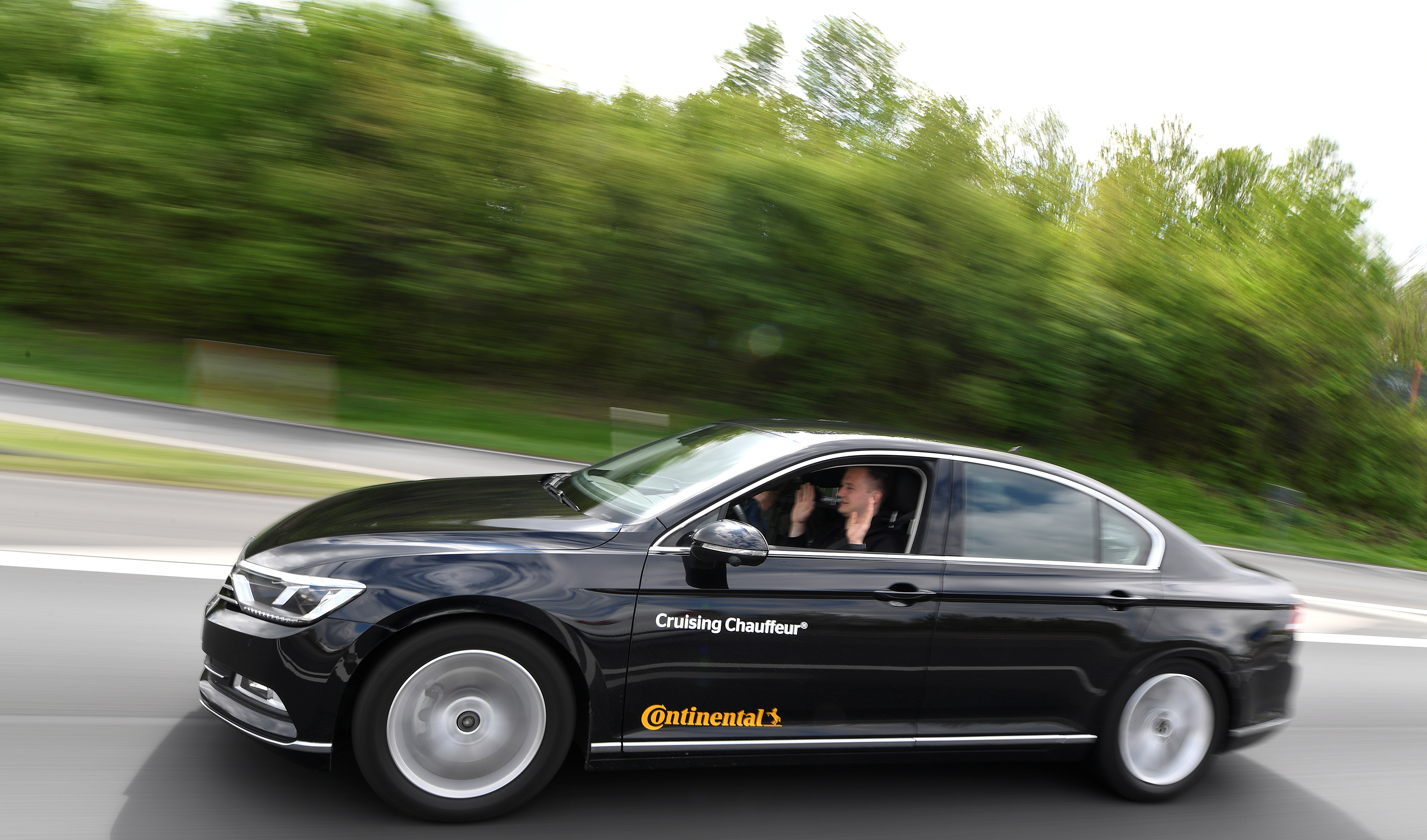A self-driving car is tested by German company Continental on the A2 motorway in Hanover, Germany April 25, 2018. REUTERS/Fabian Bimmer - RC117EDDD000