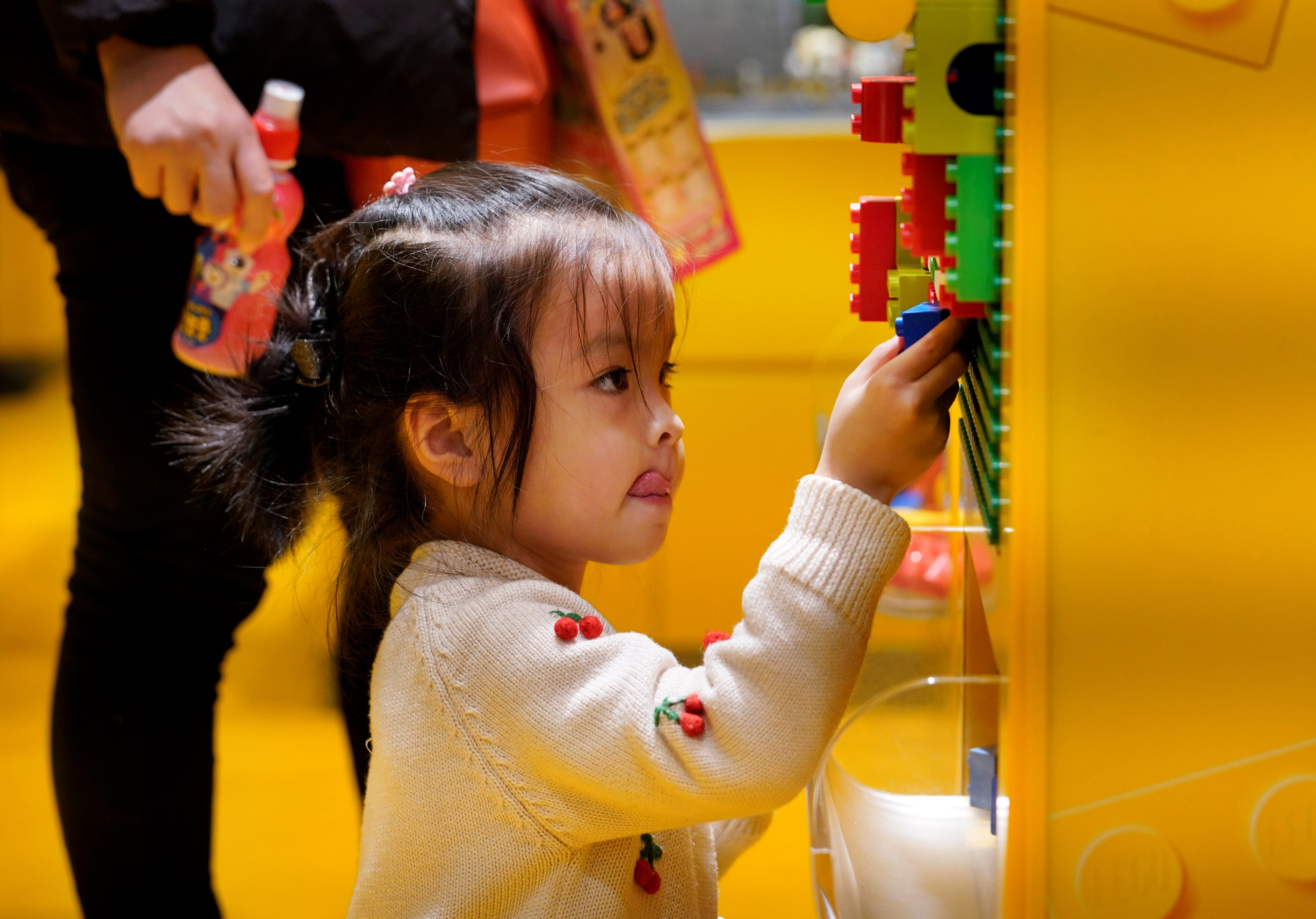 A girl plays at a Lego store in Beijing, China January 13, 2018. Picture taken January 13, 2018. REUTERS/Jason Lee - RC1E40F51250