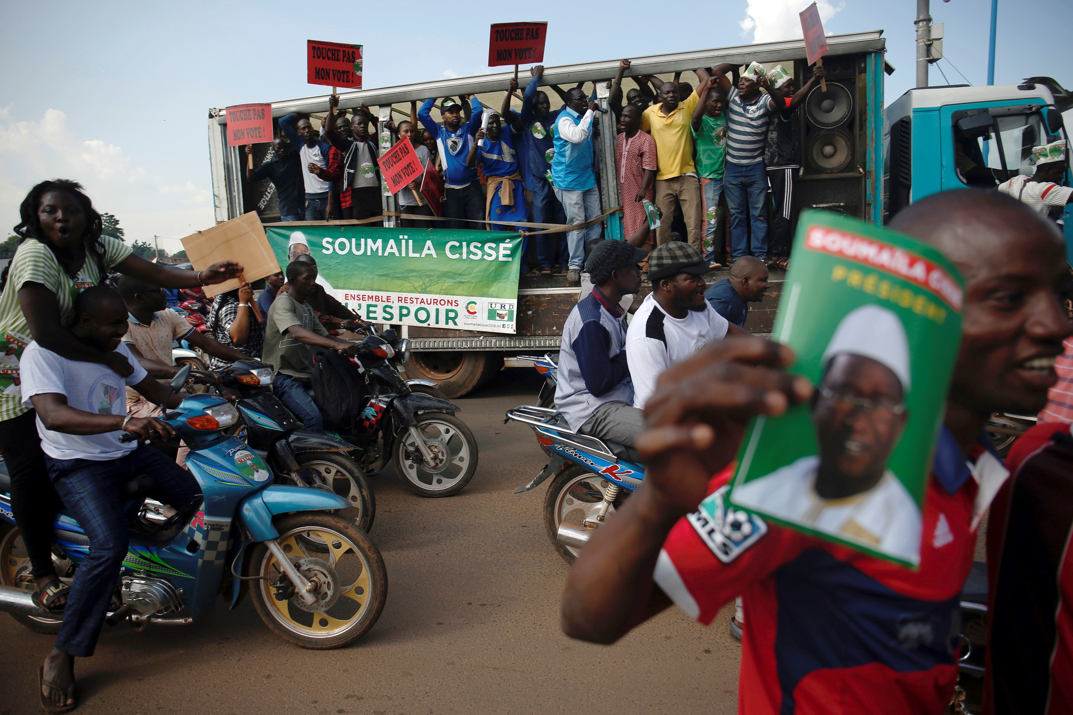 Opposition supporters carry banners and pictures of Soumaila Cisse, leader of opposition party URD (Union for the Republic and Democracy) as they protest along a street in Bamako, Mali August 16, 2018. REUTERS/Luc Gnago - RC1ED19D7F60