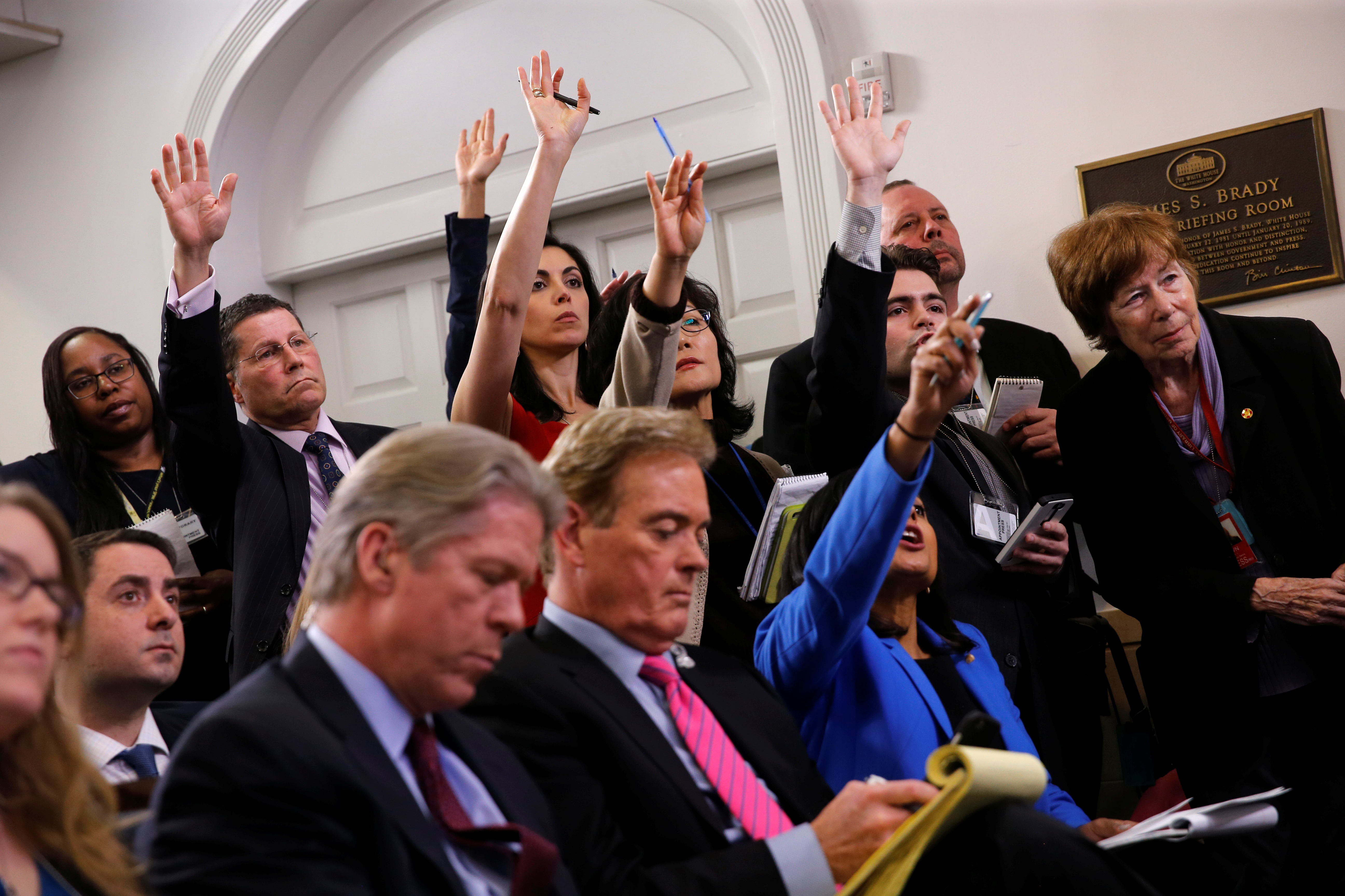 Reporters try to ask questions during White House Communications Director Sean Spicer's daily briefing at the White House in Washington, U.S., February 27, 2017. REUTERS/Jonathan Ernst - RC1593D78DC0