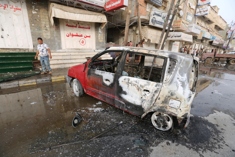 A man stands by a car damaged by a strike near al-Thawra Hospital in Hodeidah, Yemen August 2, 2018. REUTERS/Abduljabbar Zeyad - RC1E4E2E86D0