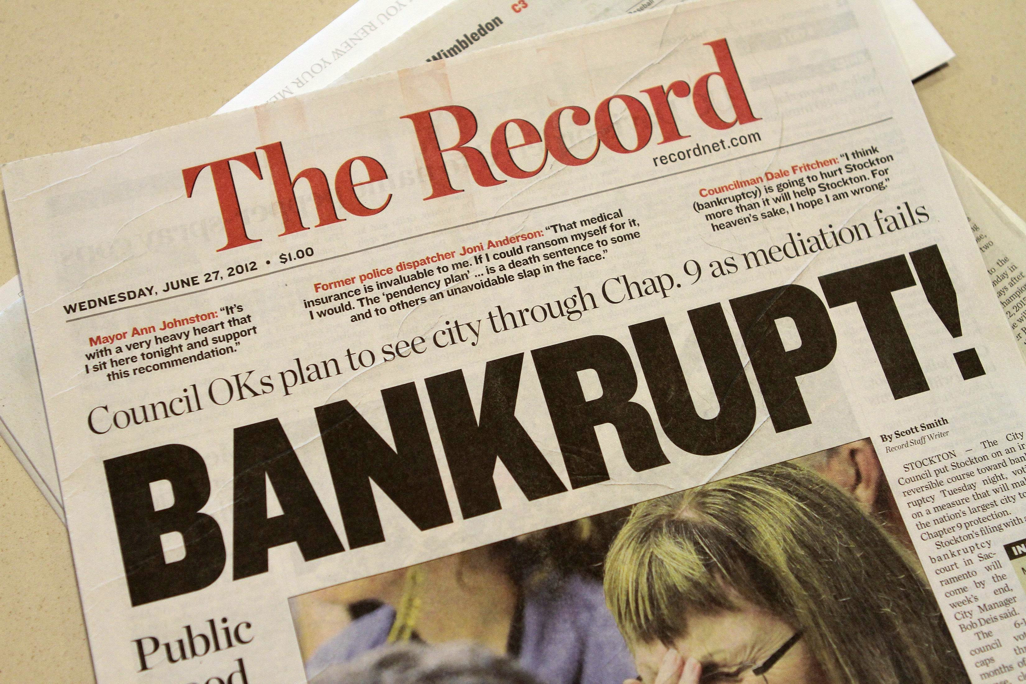 A local newspaper headline announces bankruptcy in Stockton, California June 27, 2012. Stockton will become the largest U.S. city to seek protection from its creditors after its leaders approved a budget based on the city filing for bankruptcy. A Chapter 9 bankruptcy by the city of nearly 300,000 in California's Central Valley, about 85 miles (137 km) east of San Francisco, could come as early as Wednesday. REUTERS/Kevin Bartram (UNITED STATES - Tags: BUSINESS MEDIA) - GM1E86S0GVW01
