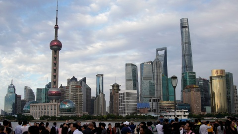 People visit the Bund in front of Shanghai's financial district of Pudong in Shanghai, China September 28, 2017. REUTERS/Aly Song - RC16F32D9FA0