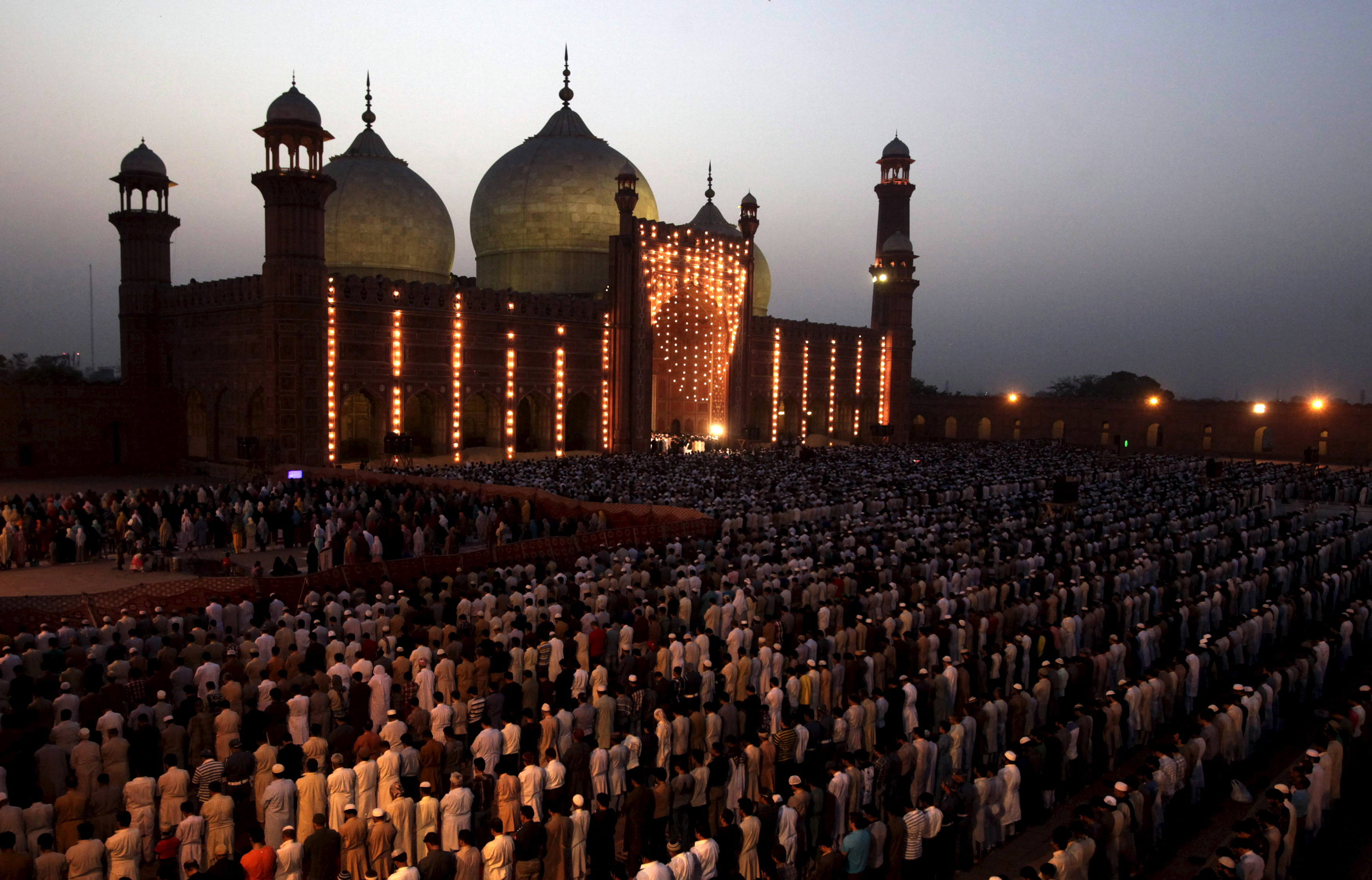 People say their prayers under the leadership of Saudi Arabian Imam of the Grand Mosque Sheikh Khalid al Ghamdi during evening prayers at the Badshahi mosque in Lahore, Pakistan, April 25, 2015. REUTERS/Mohsin Raza      TPX IMAGES OF THE DAY      - GF10000072568