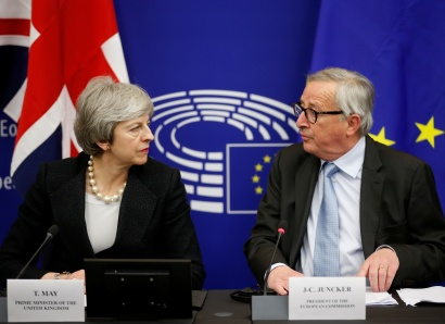 British Prime Minister Theresa May and European Commission President Jean-Claude Juncker look at each other during a news conference in Strasbourg, France March 11, 2019. REUTERS/Vincent Kessler - RC17106DF9E0