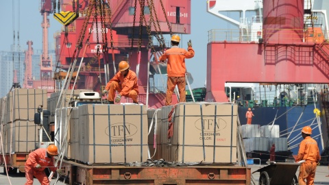 Workers load goods for export onto a crane at a port in Lianyungang, Jiangsu province, China June 7, 2019. Picture taken June 7, 2019. REUTERS/Stringer ATTENTION EDITORS - THIS IMAGE WAS PROVIDED BY A THIRD PARTY. CHINA OUT. - RC18EA753F70