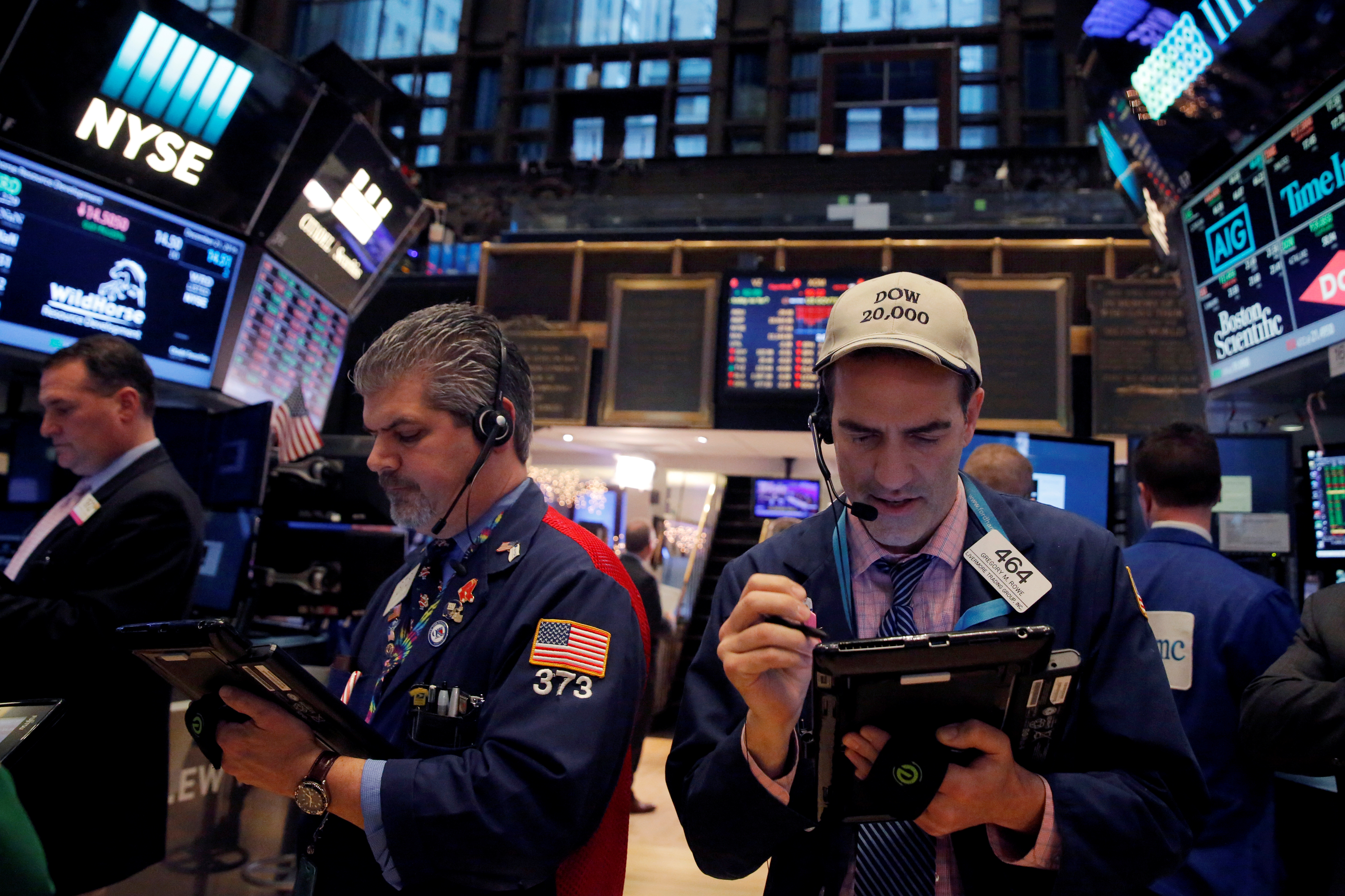 Traders work on the floor at the New York Stock Exchange (NYSE) in Manhattan, New York City, U.S., December 21, 2016. REUTERS/Andrew Kelly - RC1DF544C360
