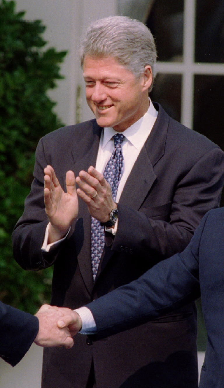 Israeli Prime Minister Yitzhak Rabin (L) and Jordan's King Hussein (R) grasp hands enthusiastically at the start of a Rose Garden ceremony welcoming them to the White House as President Clinton applauds July 25, 1994 in Washington. The leaders of Israel and Jordan shook hands ending nearly a half-century of antagonism and signalling their intent to make a formal peace. SCANNED FROM NEGATIVE REUTERS/Gary C. Cameron AVD/CMC - RP1DRICQYTAG