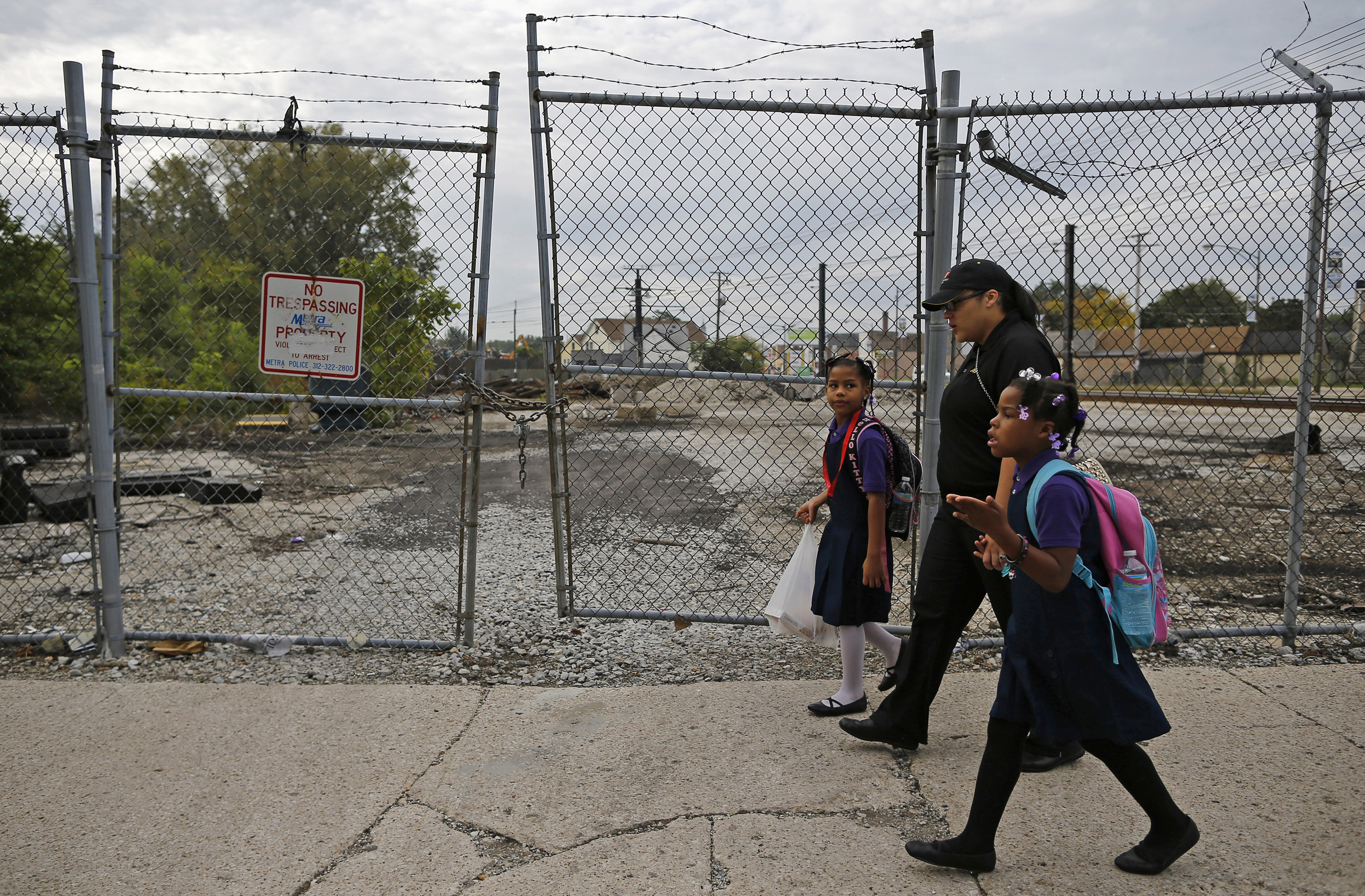 Delores Leonard (C) walks her daughters Emmarie (L) and Erin to school before heading to work at a McDonald's Restaurant in Chicago, Illinois, September 25, 2014. Leonard, a single mother raising two daughters, has been working at McDonald's for seven years and has never made more than minimum wage.  Picture taken September 25, 2014.   REUTERS/Jim Young (UNITED STATES - Tags: BUSINESS EMPLOYMENT) - GM1EAAH1LMV01
