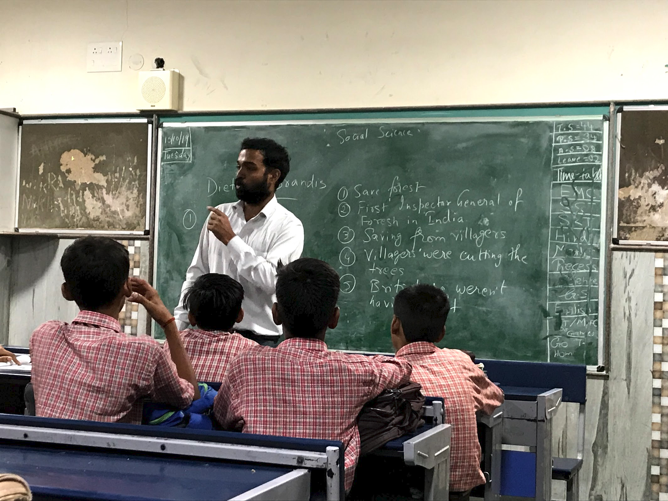 Man teaches happiness class in India