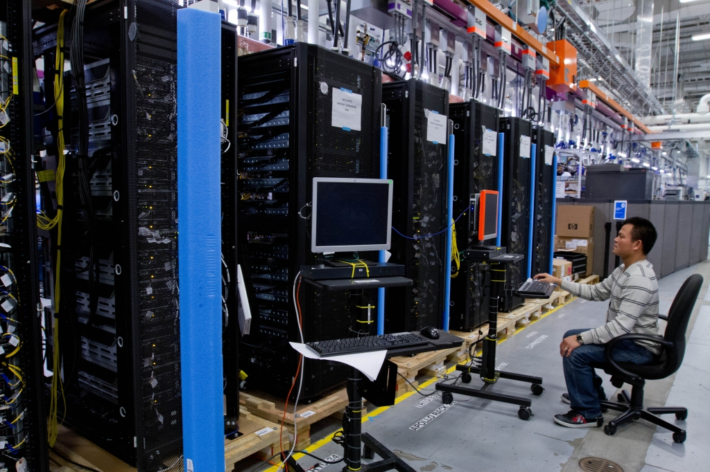 Hewlett-Packard ProLiant commercial data servers destined for cloud computing are assembled by workers at a company manufacturing facility in Houston November 19, 2013. REUTERS/Donna Carson (UNITED STATES - Tags: BUSINESS SCIENCE TECHNOLOGY)