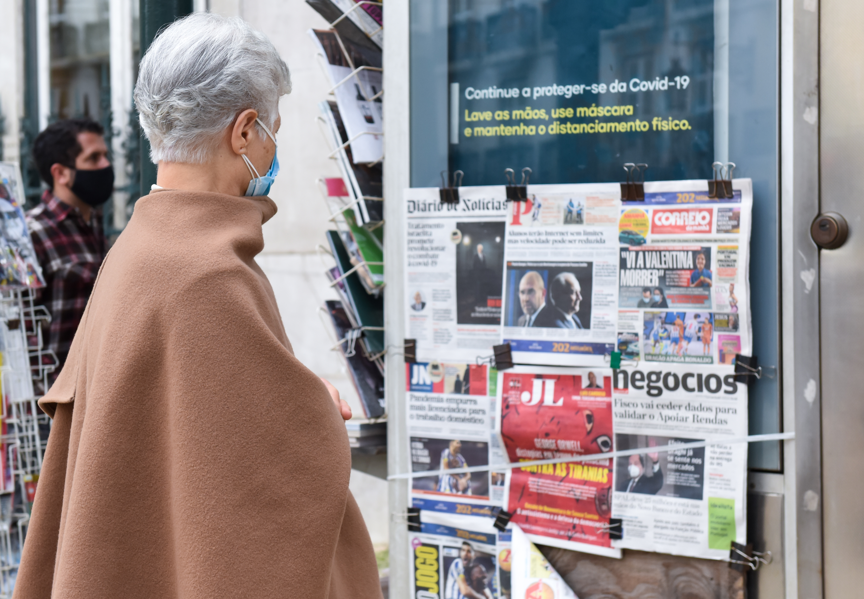 A woman reads the newspapers frontpages at a Chiado newsagent, as Portuguese lockdown continues. Portugal, one of the countries hardest hit by the pandemic, authorised the renewal of the state of emergency until March 1st, to try to contain the coronavirus pandemic. (Photo by Gustavo Valiente Herrero / SOPA Images/Sipa USA)No Use Germany.