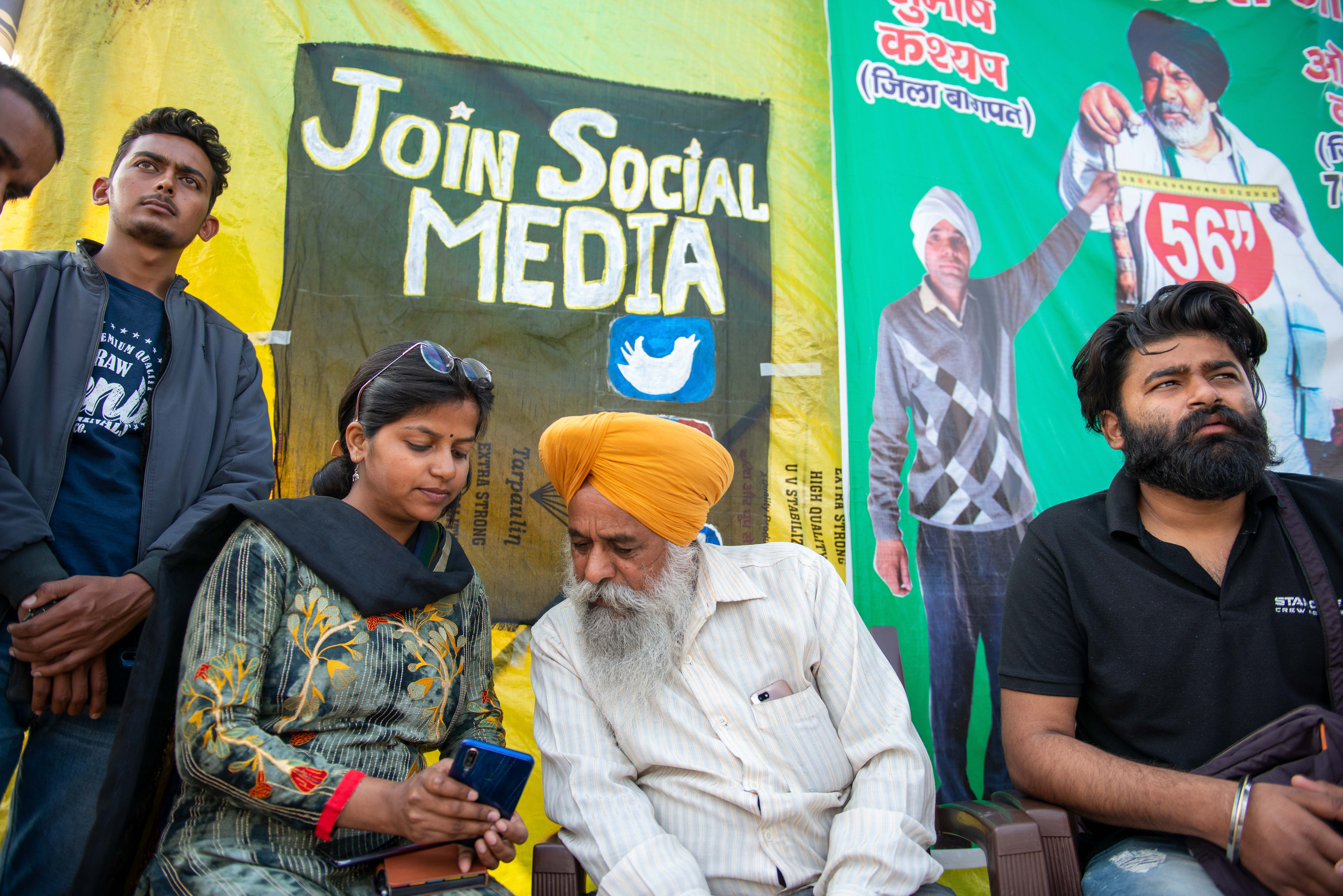 Member of All India student Federation seen teaching farmers about social media, for counter attack on government through social media during the demonstration. Farmers continue with their demonstration for the 83rd day. thousands of farmers protest against the new three farm laws at Ghazipur border. (Photo by Pradeep Gaur / SOPA Images/Sipa USA)No Use Germany.