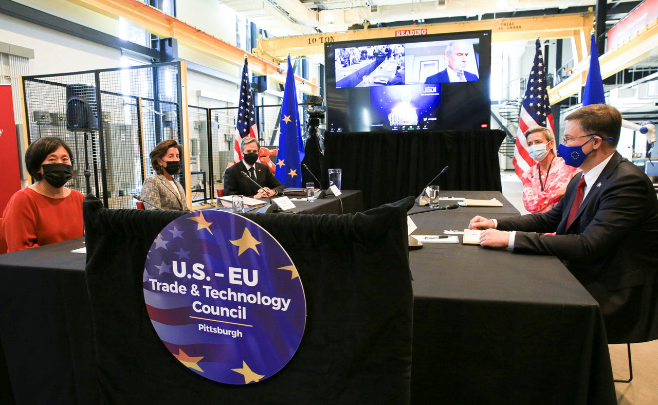 U.S. Secretary of State Antony Blinken is flanked by Commerce Secretary Gina Raimondo and Trade Representative Katherine Tai as they meet with European Commission Executive Vice Presidents Margrethe Vestager and Valdis Dombrovskis during U.S and European Union trade and investment talks in Pittsburgh, Pennsylvania, U.S., September 29, 2021. REUTERS/John Altdorfer .